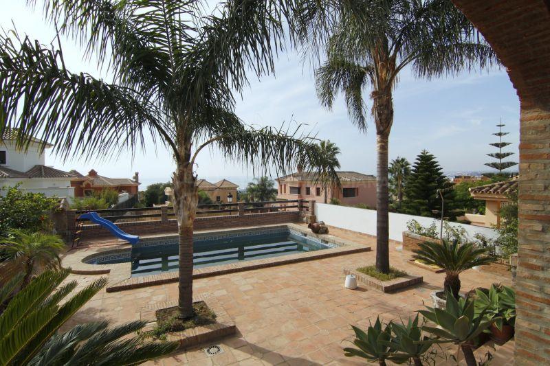 Villa familiar amplia de dise o cl sico con piscina for Diseno de piscinas pdf