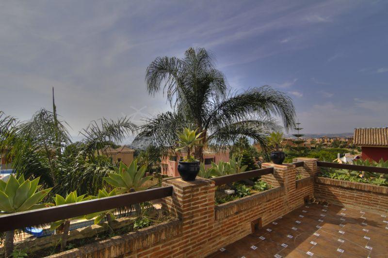 Villa familiar amplia de dise o cl sico con piscina for Piscina jardin centro