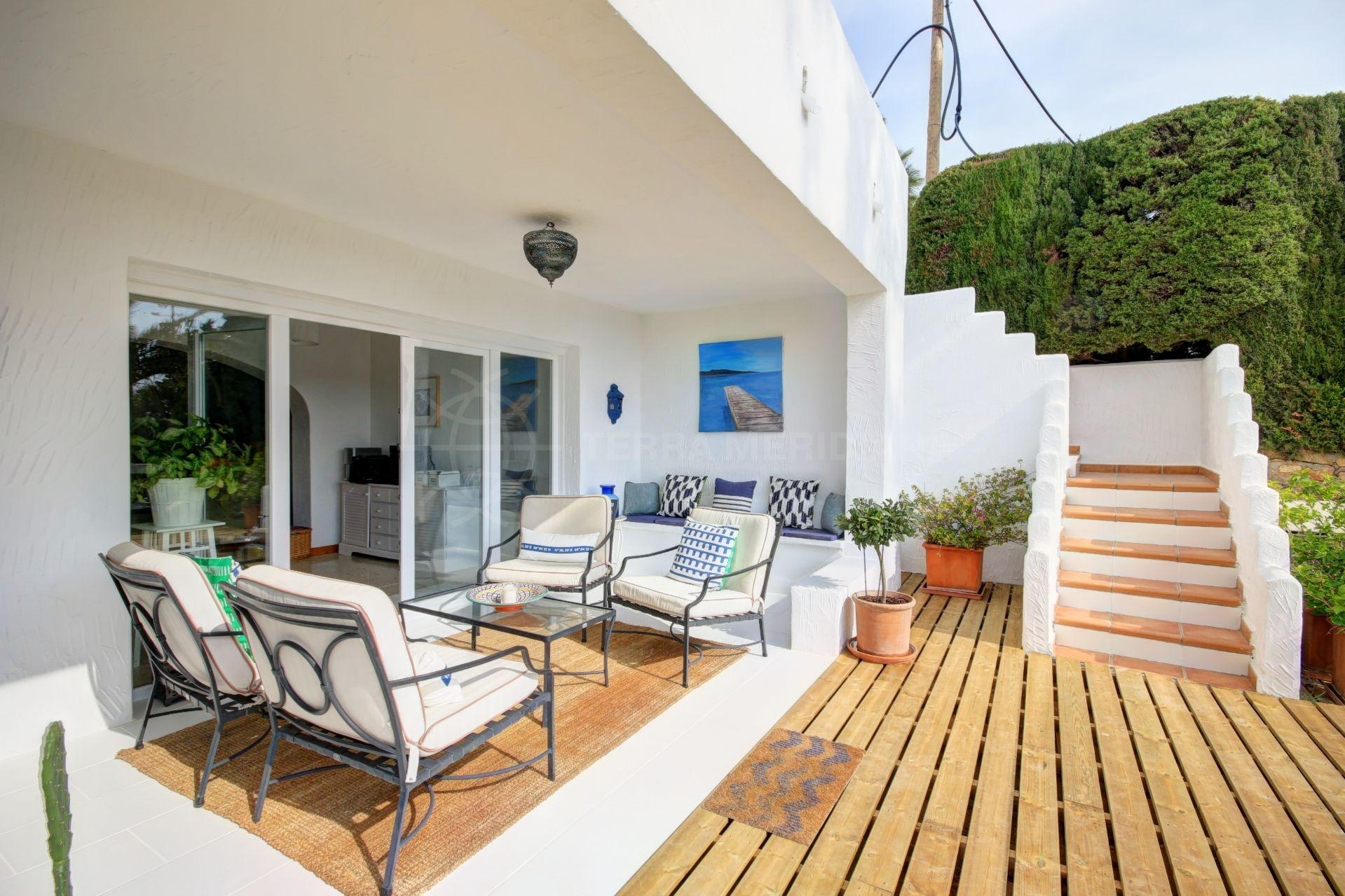 Villa en venta en valle romano con piscina privada y for Piscina jardin centro