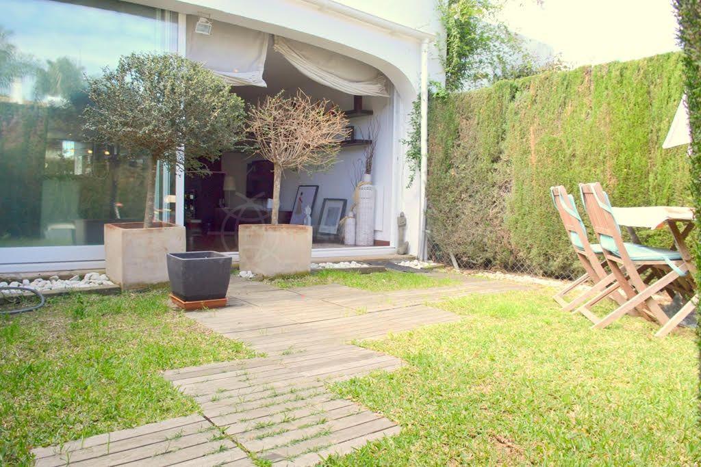 Maison mitoyenne de style moderne vendre proche du for Jardin oriente nord