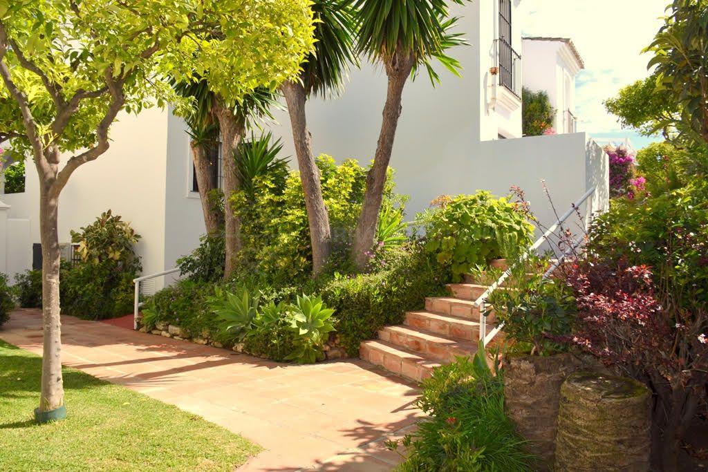 maison mitoyenne de style moderne vendre proche du centre d 39 estepona et de la mer. Black Bedroom Furniture Sets. Home Design Ideas