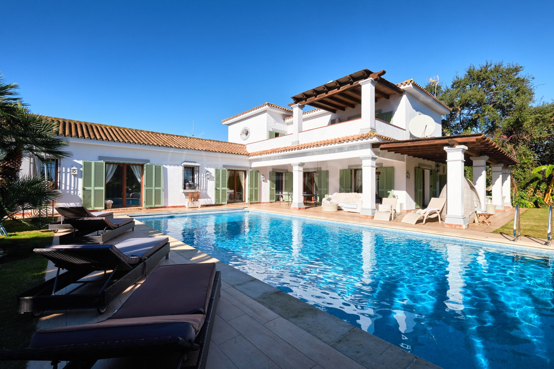 Traditional Mediterranean style villa with large garden and 5 minutes walk to the beach for sale in Sotogrande Costa