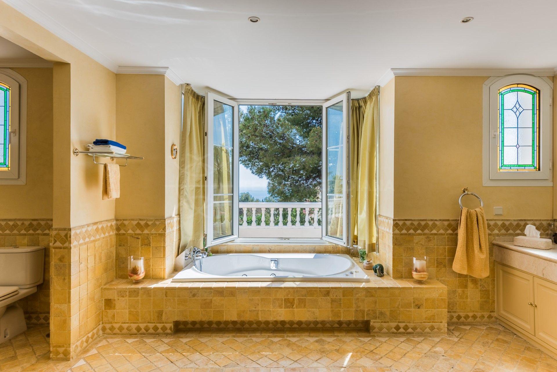 Villa elegante y lujosa en sierra blanca con vistas al mar for Villa elegante