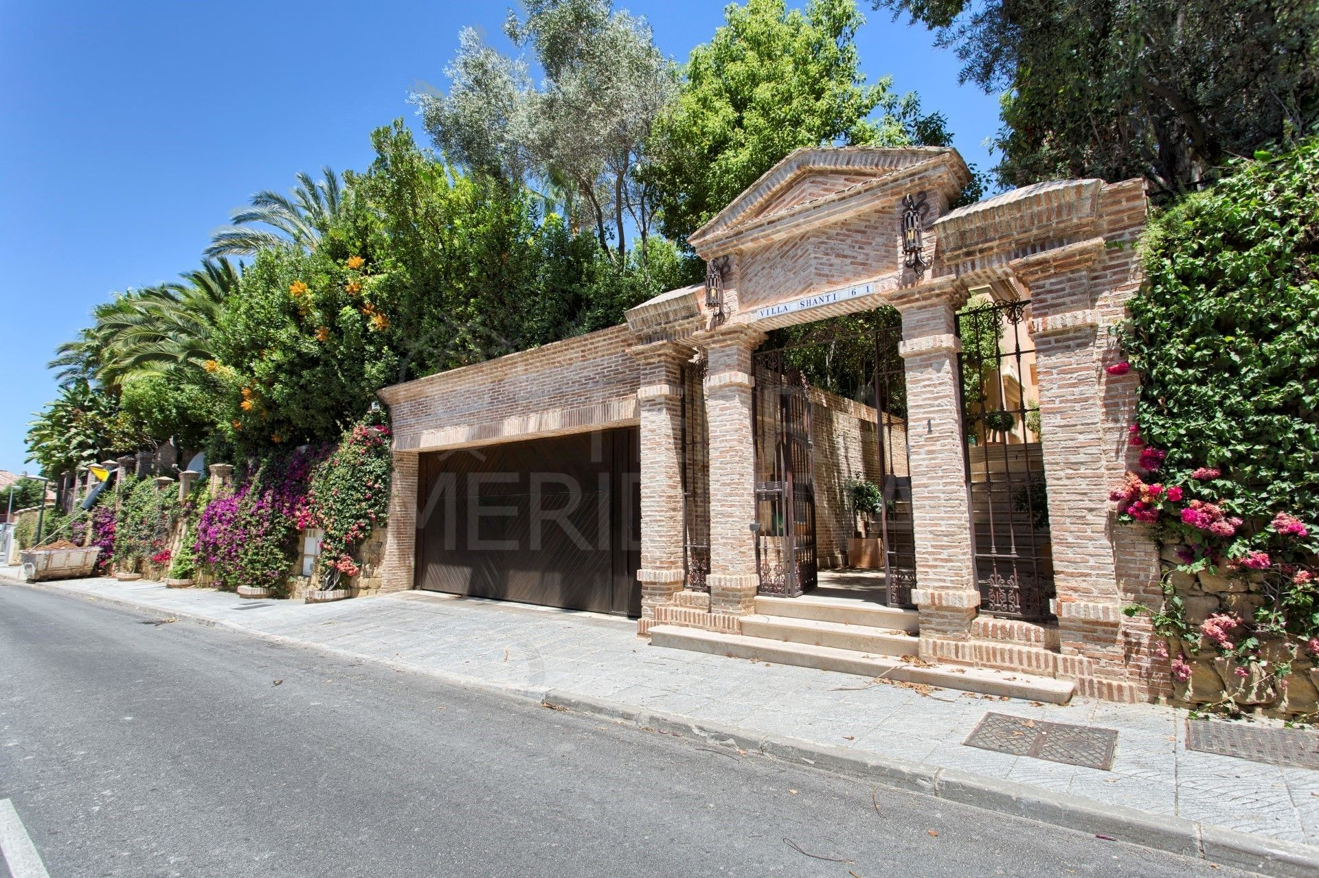 Villa for sale with indoor and outdoor pools, Altos de Puente Romano, Marbella