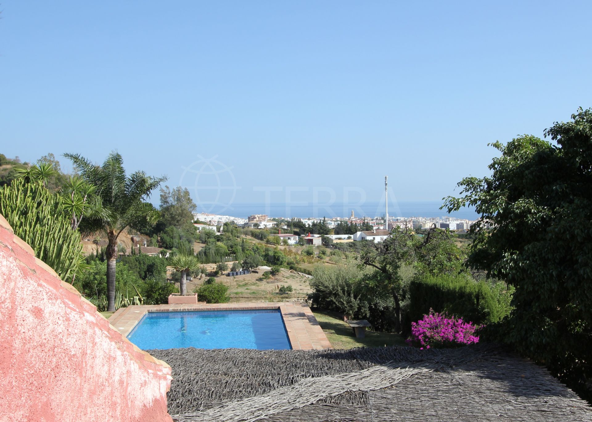 Typical Andalusian style country home on large plot with sea views for sale in Estepona hills