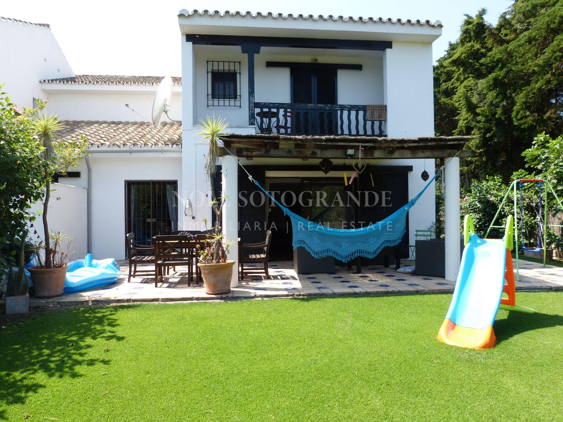Sotogrande, La Loma adosado en venta con jardín privado.