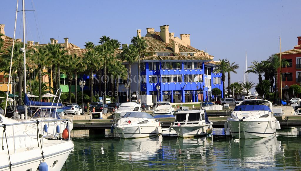 Spacious 2 bed apartment for sale in Sotogrande Port