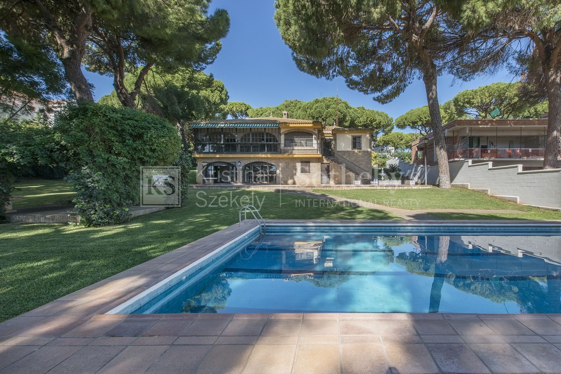 Magnificent detached villa in Pinares de Oromana Urbanization , in one of the most privileged natural environments in Seville.