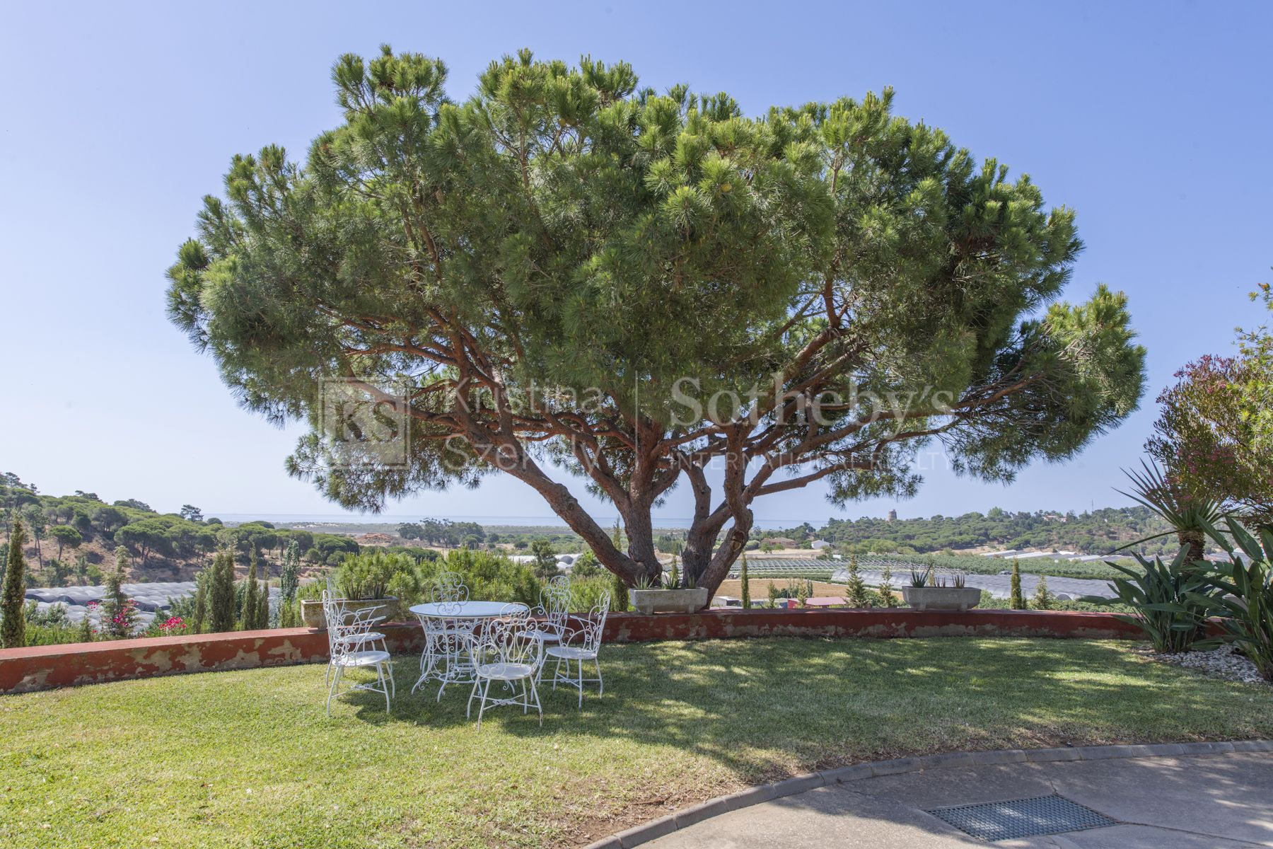 Exclusive country house with seafront views located in a privileged natural environment.