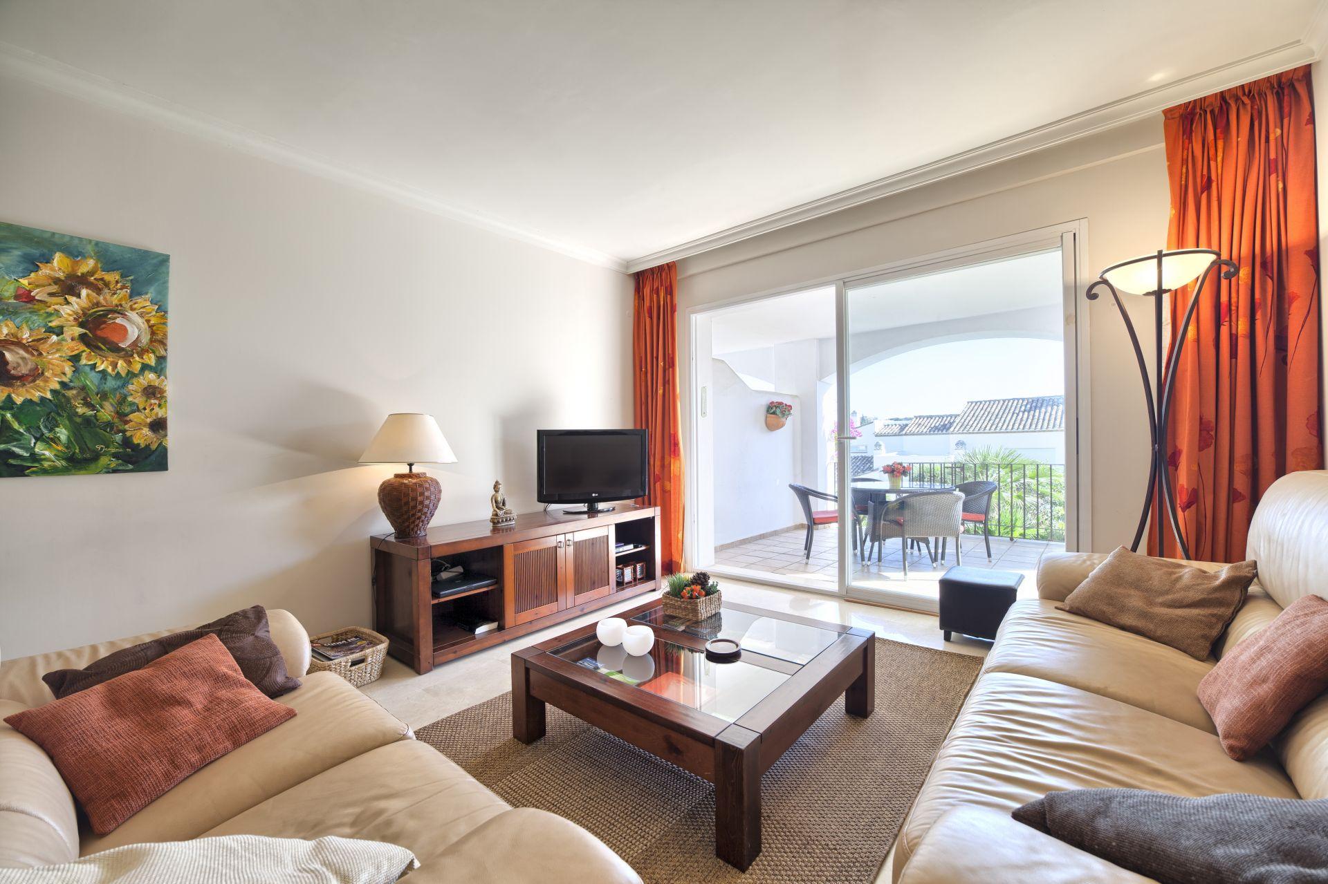 gepflegte wohnung zu verkaufen in altos de la quinta in benahavis. Black Bedroom Furniture Sets. Home Design Ideas