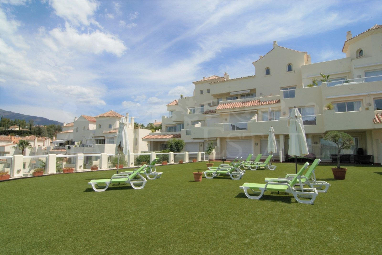 Corner duplex penthouse with 4 bedrooms and sea views in Benahavís