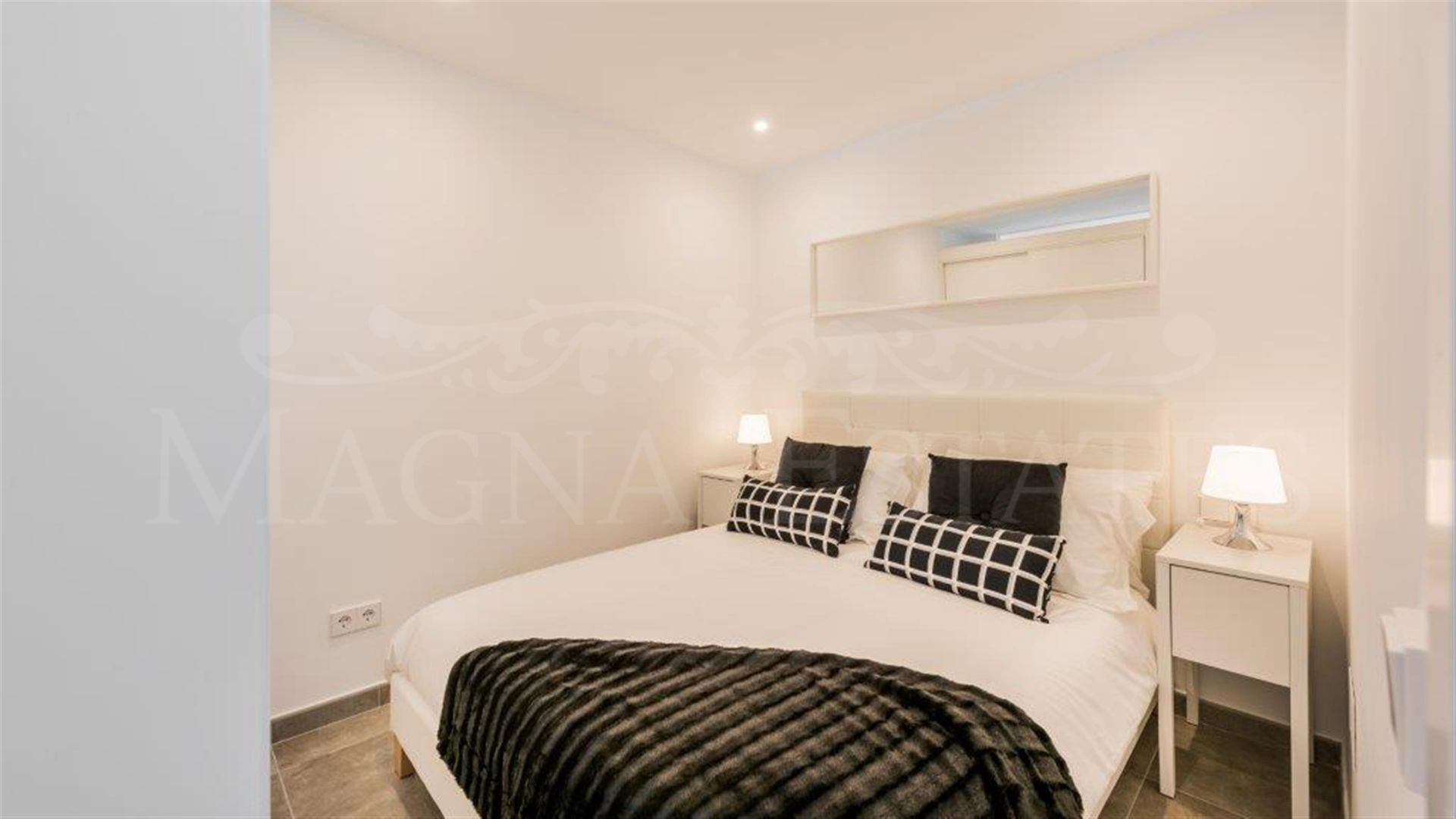 Townhouse very renovated and furnished in Nueva Andalucia and first line golf Aloha