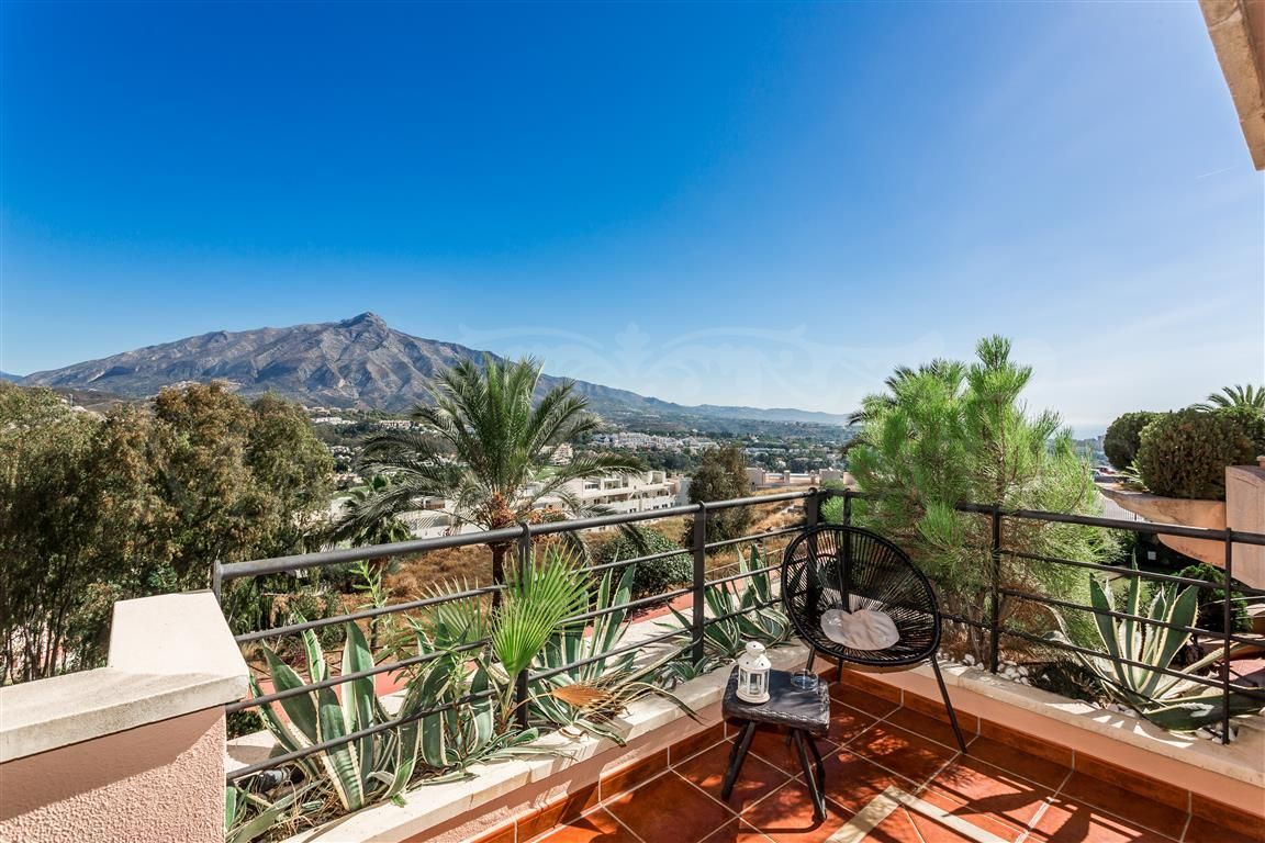 Apartment in Magna Marbella with panoramic views of the sea and the mountains
