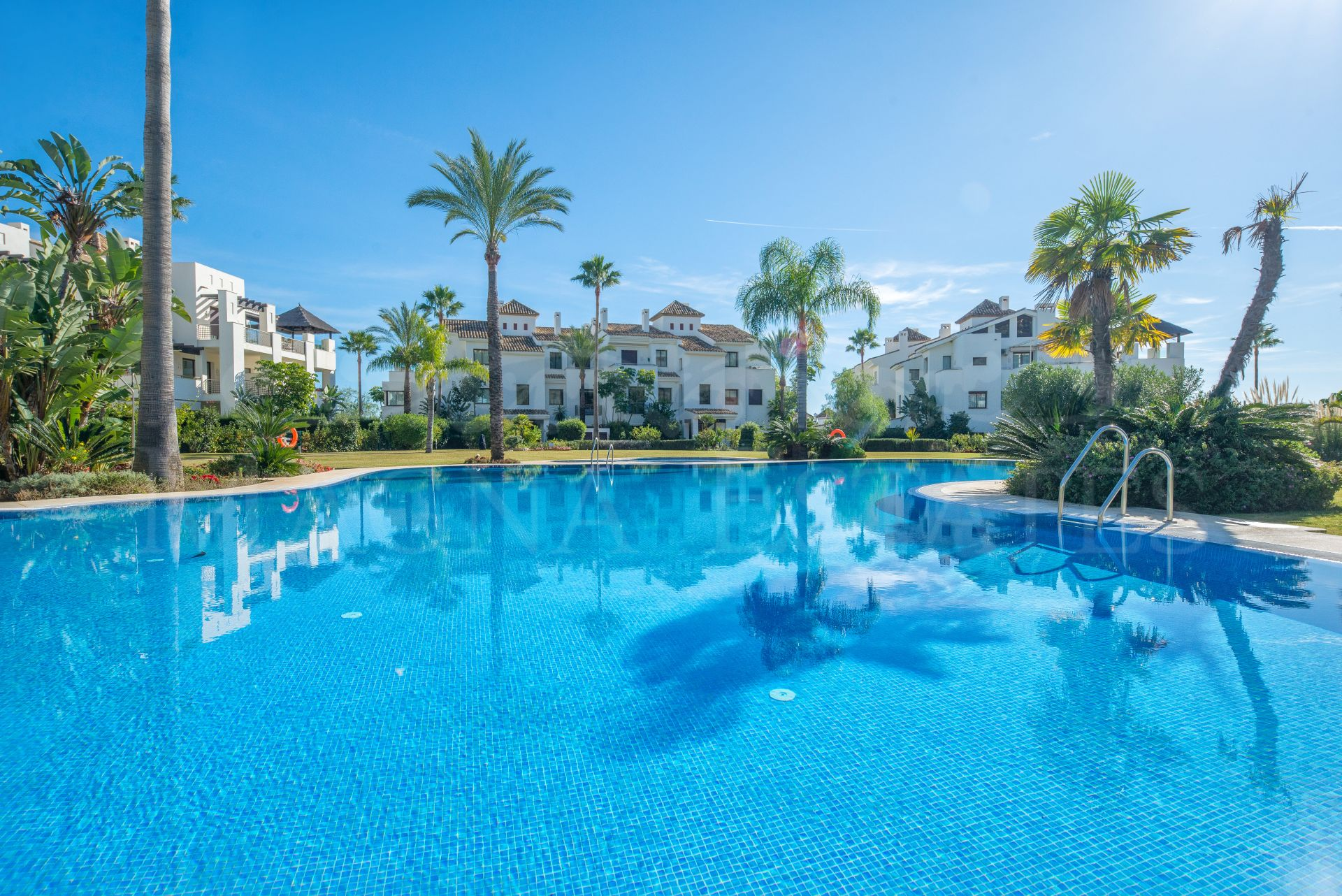 Ground floor apartment with brand new garden, fully furnished in Mirador del Paraíso, Benahavís