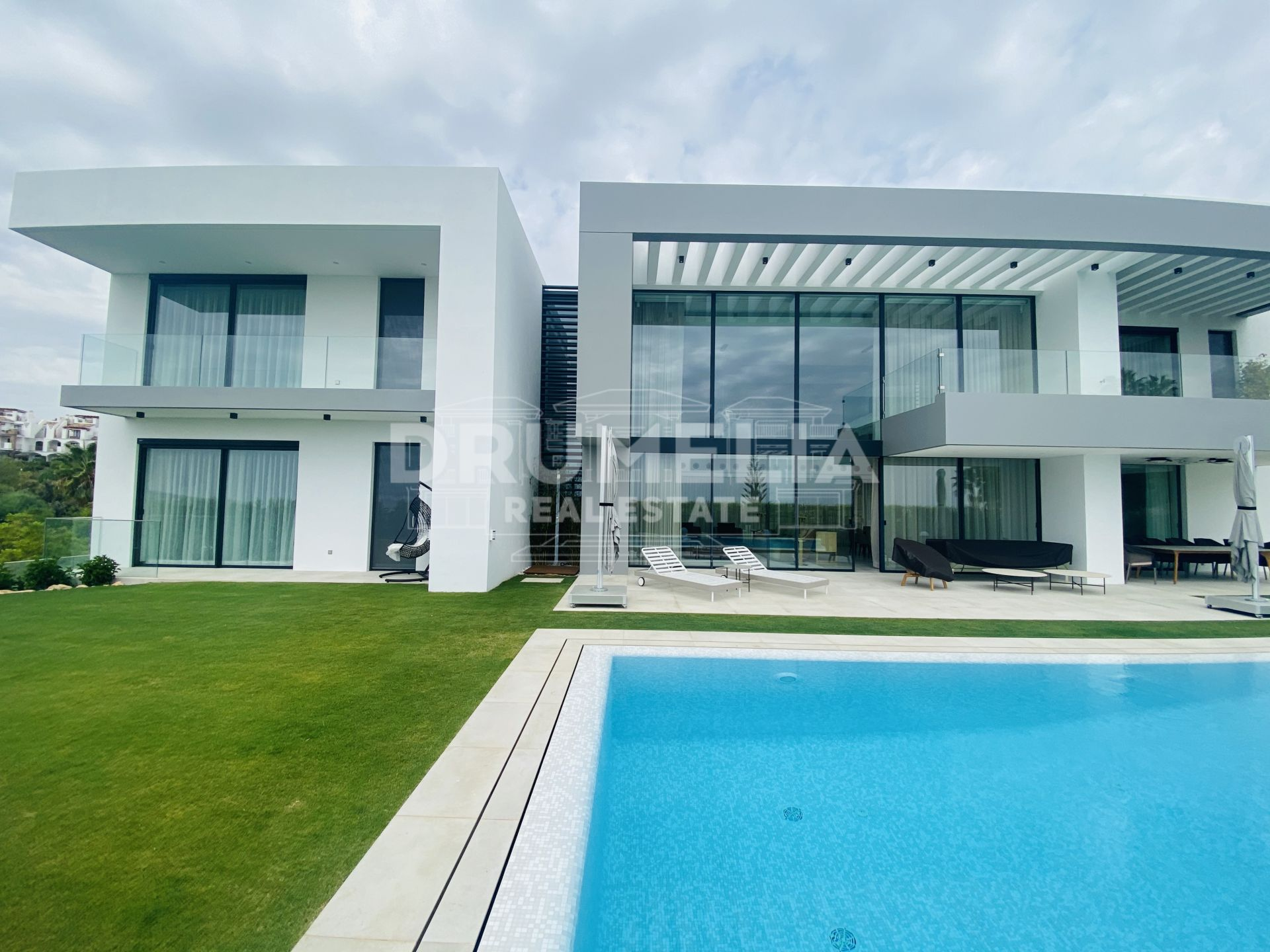 Benahavis, New Magnificent Frontline Golf Modern Luxurious Villa in Benahavis