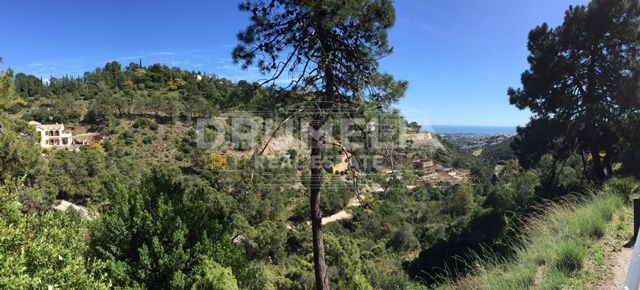 Benahavis, Big Plot for sale in privileged urbanisation El Madroñal