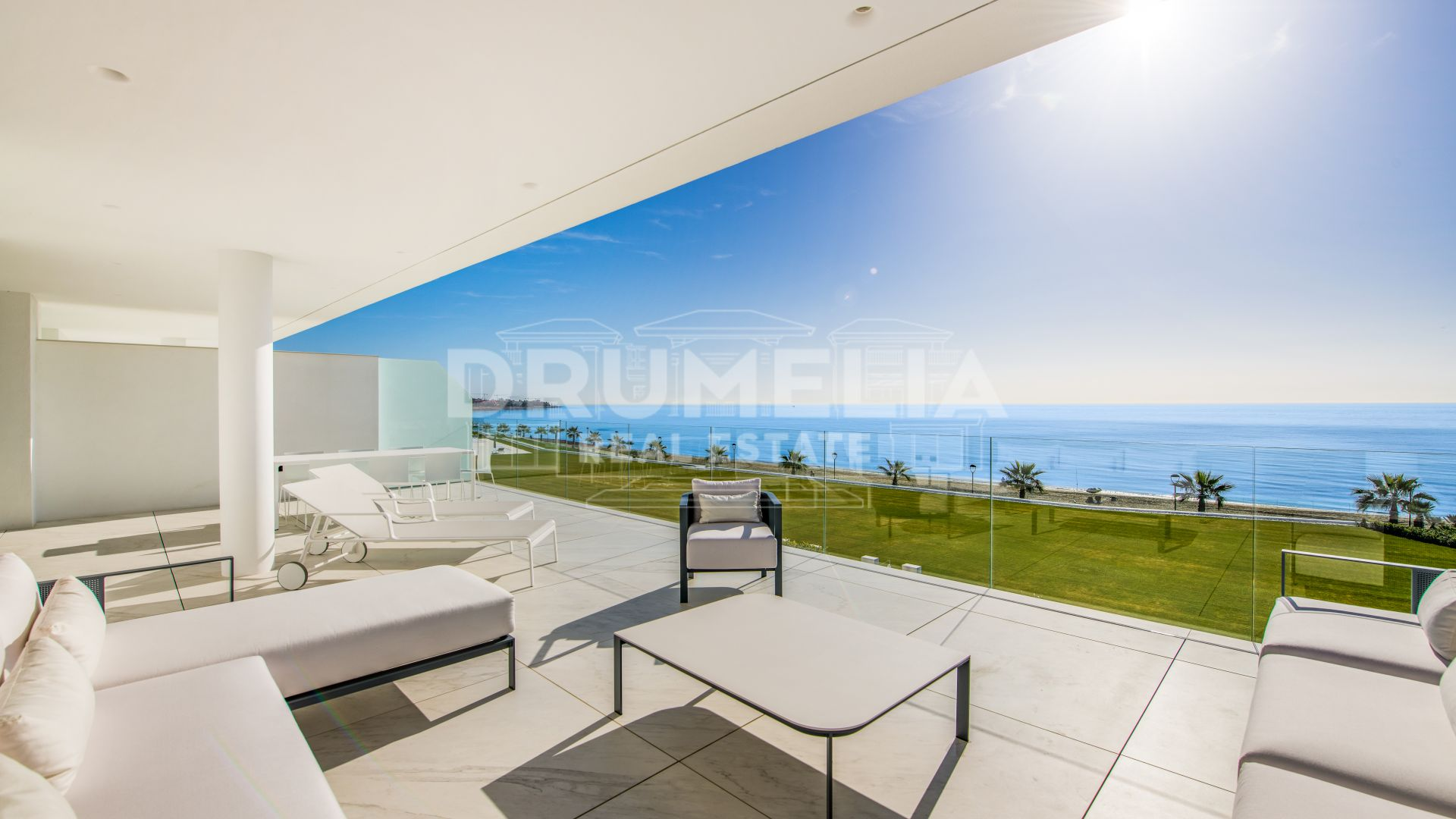 Estepona, Luxury Beachfront Apartment with Far-Reaching Sea Views, Estepona