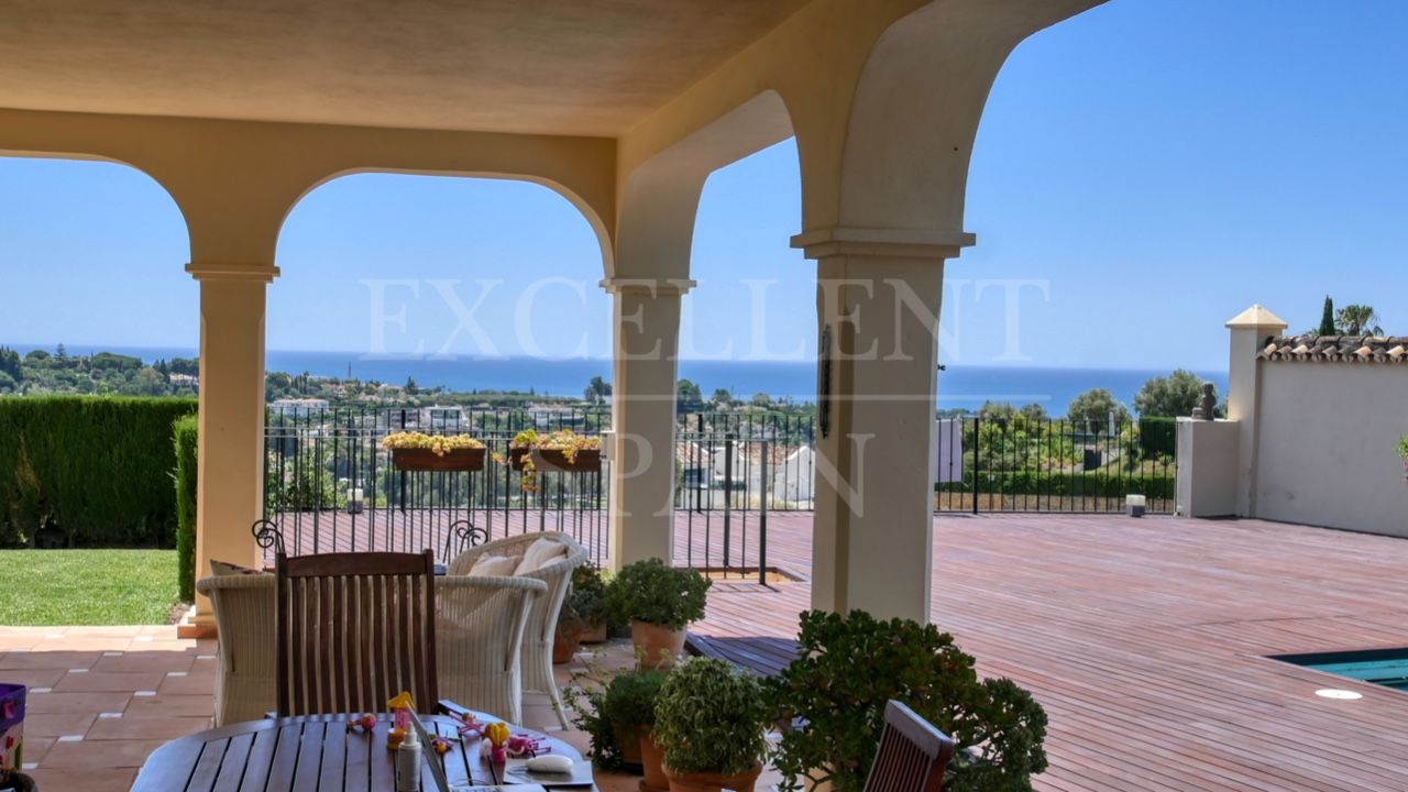 Spacious villa with panoramic sea views in El Paraiso Alto, Benahavis
