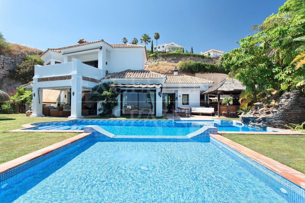 Puerto del Almendro, Benahavis, elegant villa for sale in a gated community