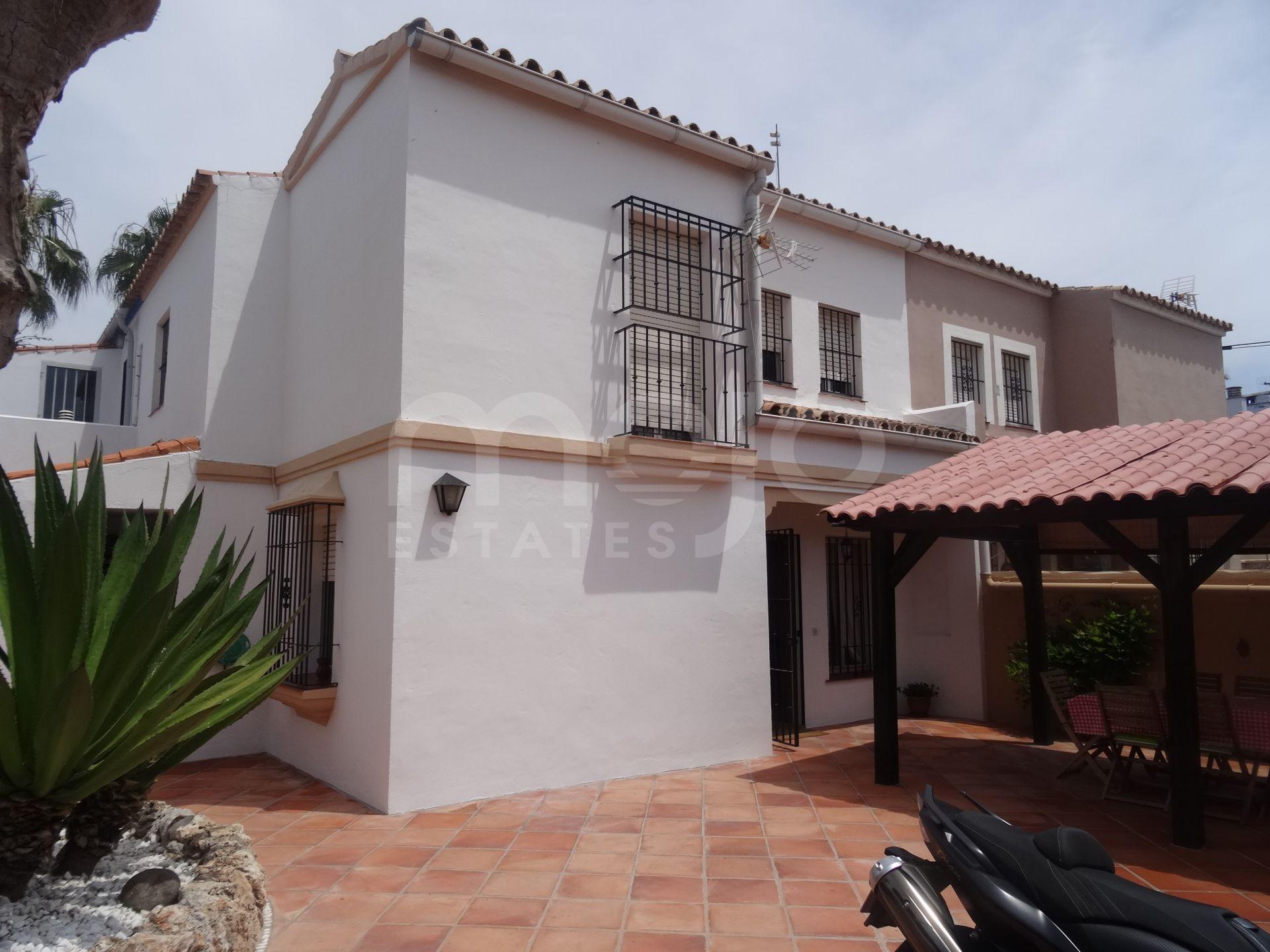 Semi-fritliggende hus til salg i Los Barrios