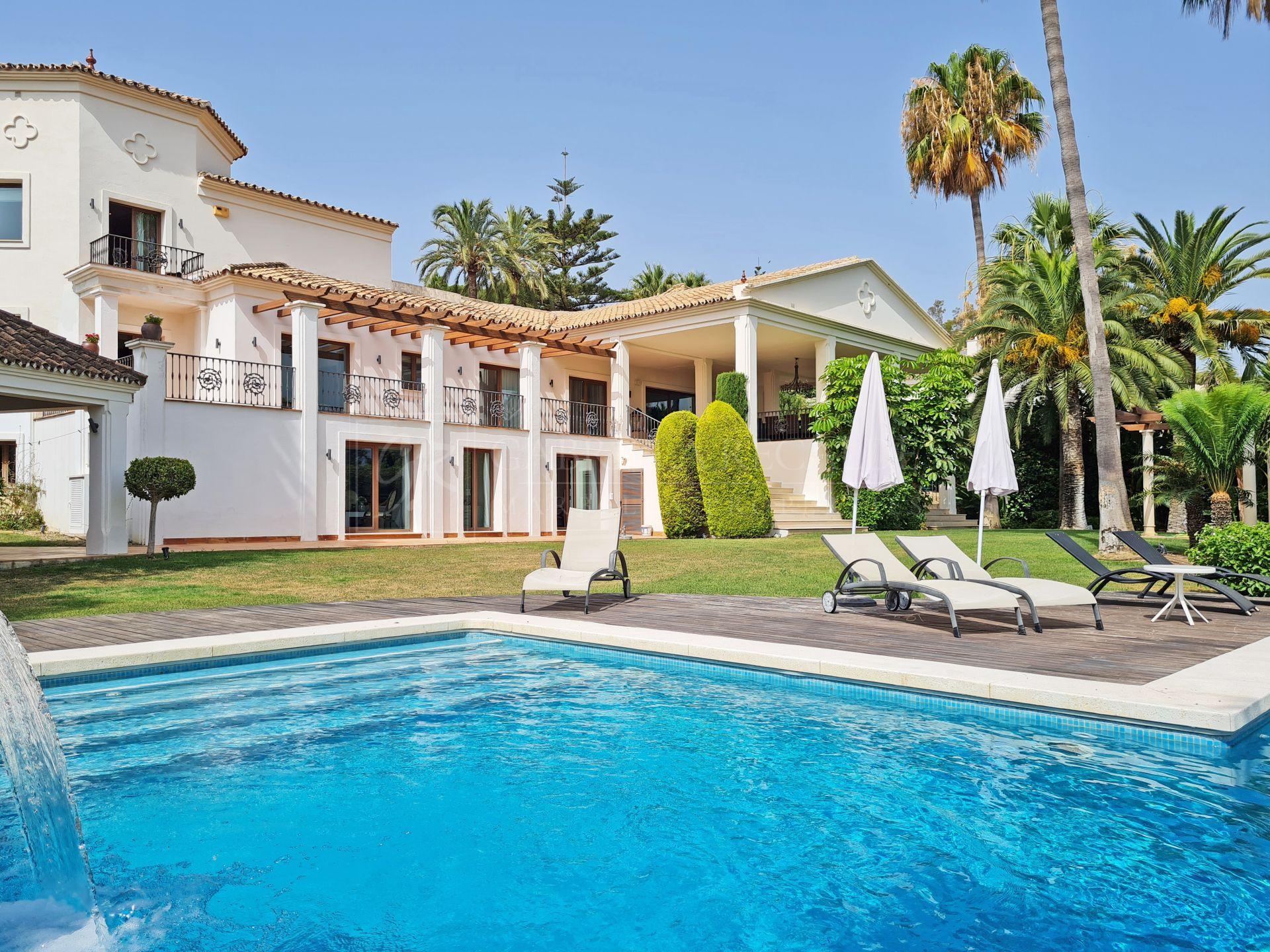 Preciosa Villa de Seis Dormitorios en Venta con Vistas Destacadas a la Montaña La Concha