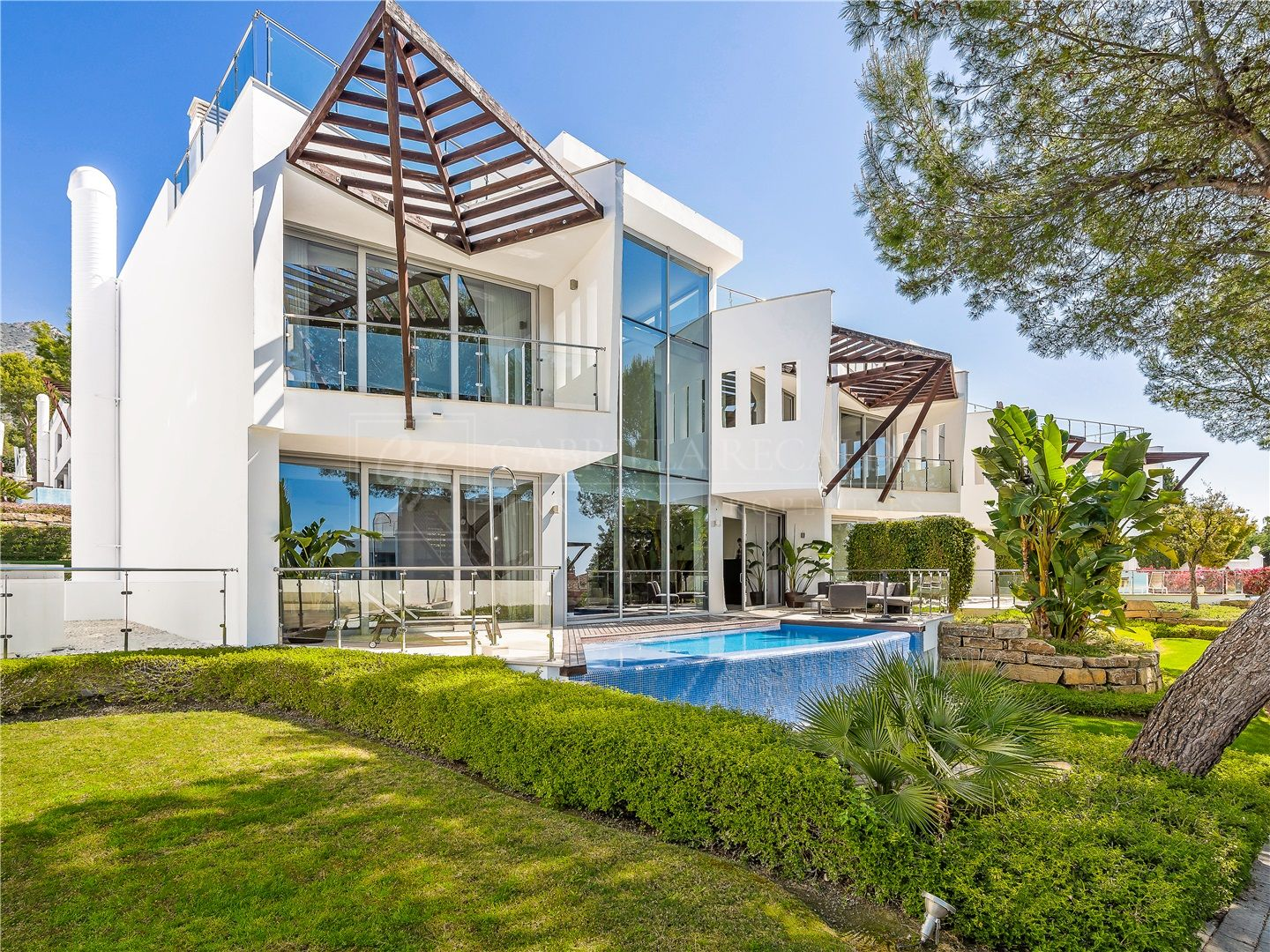 Luxurious semi detached villas with sea and mountain views in the exclusive area of Sierra Blanca, Marbella