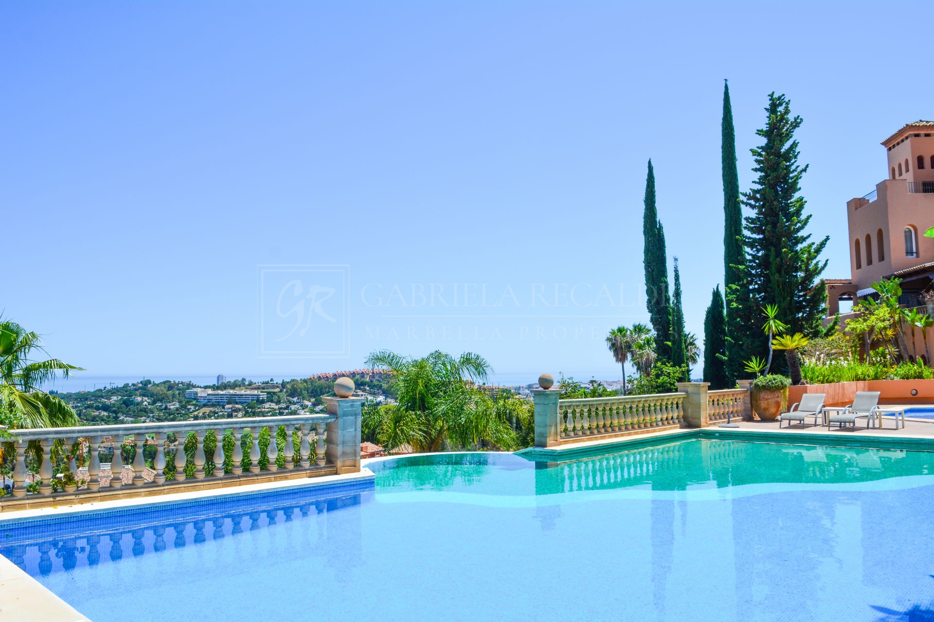 Spacious 3 bedroom apartment in quiet complex with stunning views