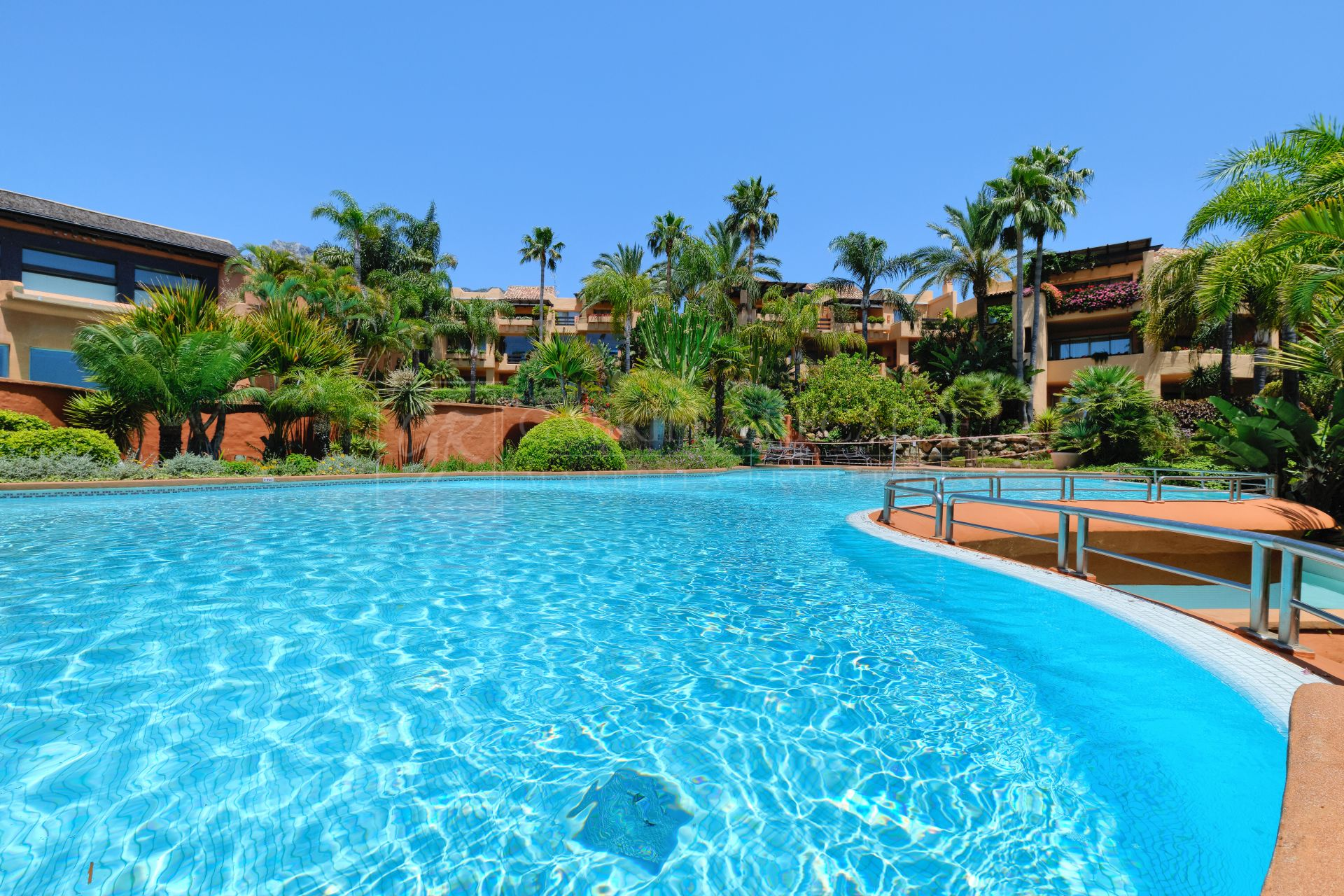 Luxuriously furnished two bedroom apartment in Mansion Club, Golden Mile, Marbella