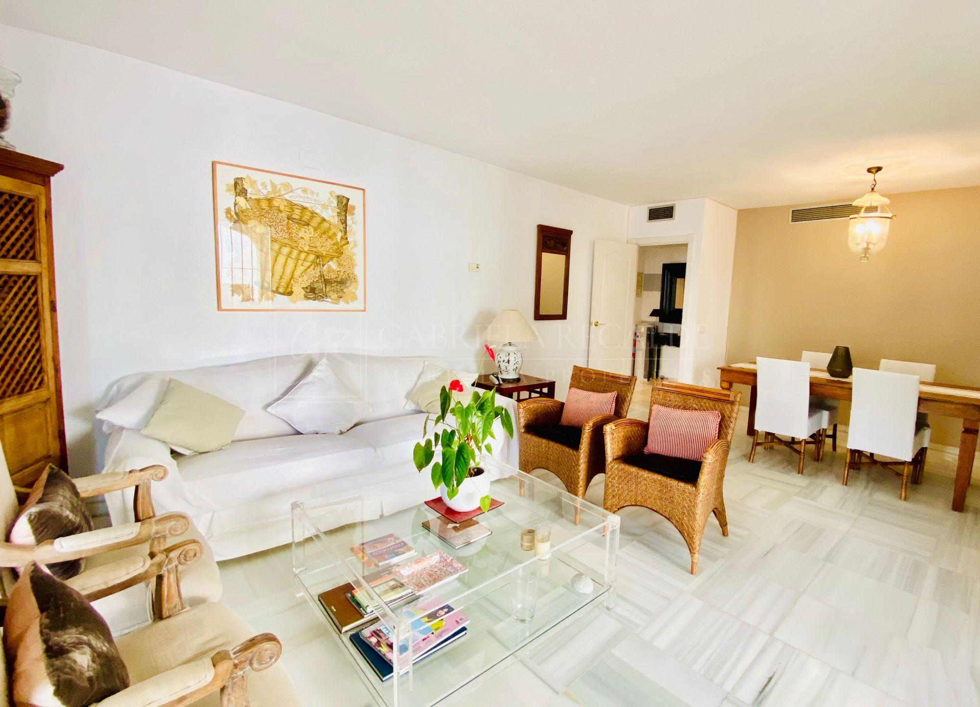 Luminosa y encantadora casa adosada de 3 dormitorios en Los Naranjos de Marbella