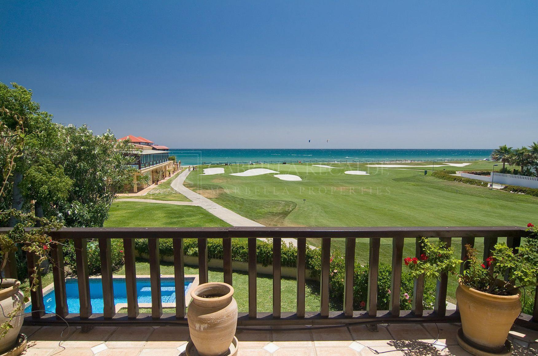 Villa de Estilo Rústico en Primera Línea de Campo de Golf y Playa en Guadalmina Baja