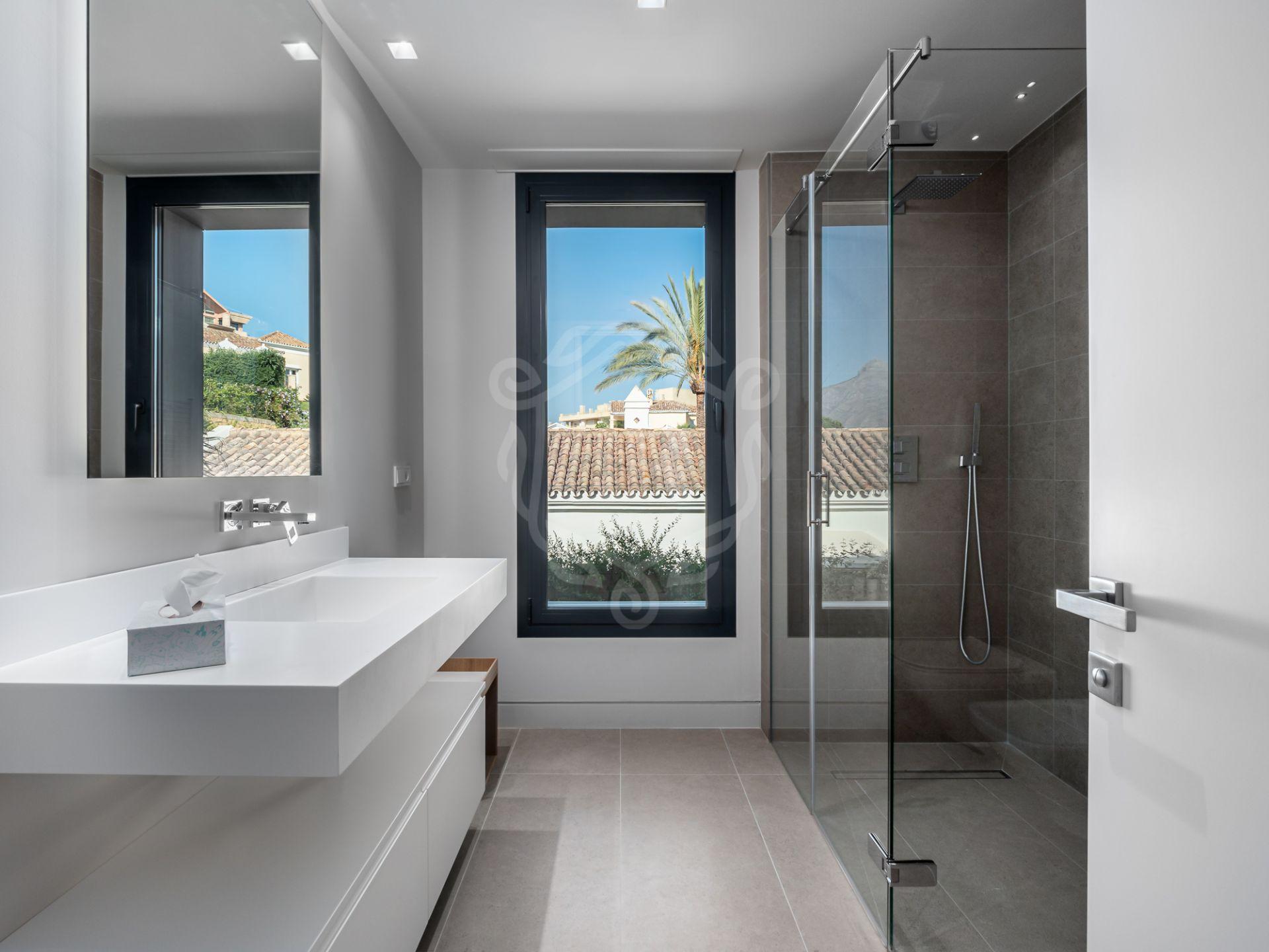 Villa for sale in Los Naranjos Country Club, Nueva Andalucia