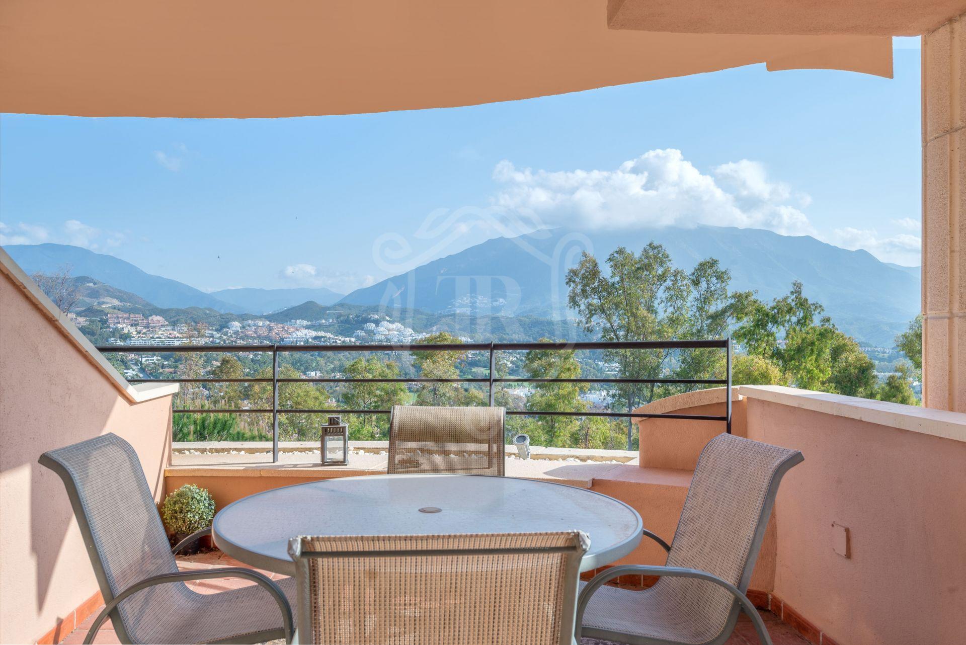 Encantador apartamento de 2 dormitorios en Nueva Andalucía con vistas a la montaña