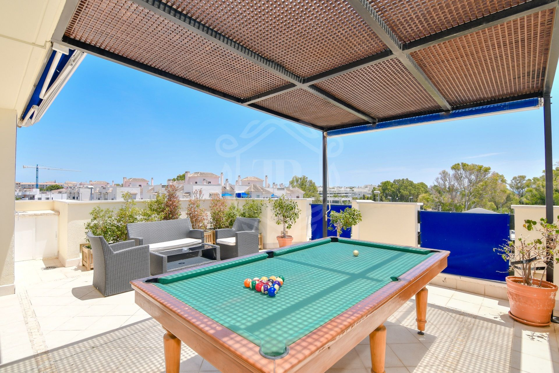 Beautiful 2-bedroom penthouse with views a few minutes walk from Puerto Banus