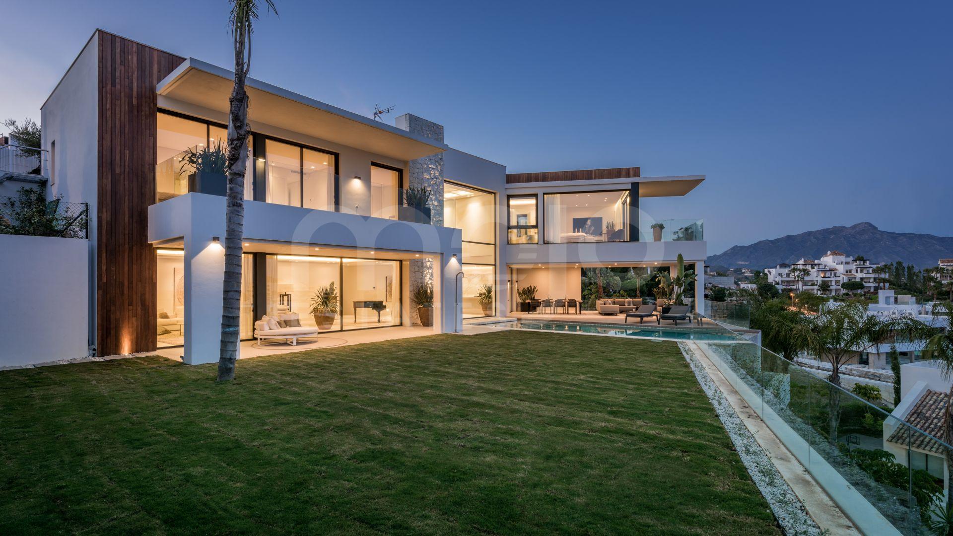 Moderna villa de 6 dormitorios con increíbles vistas panorámicas al golf y al mar.