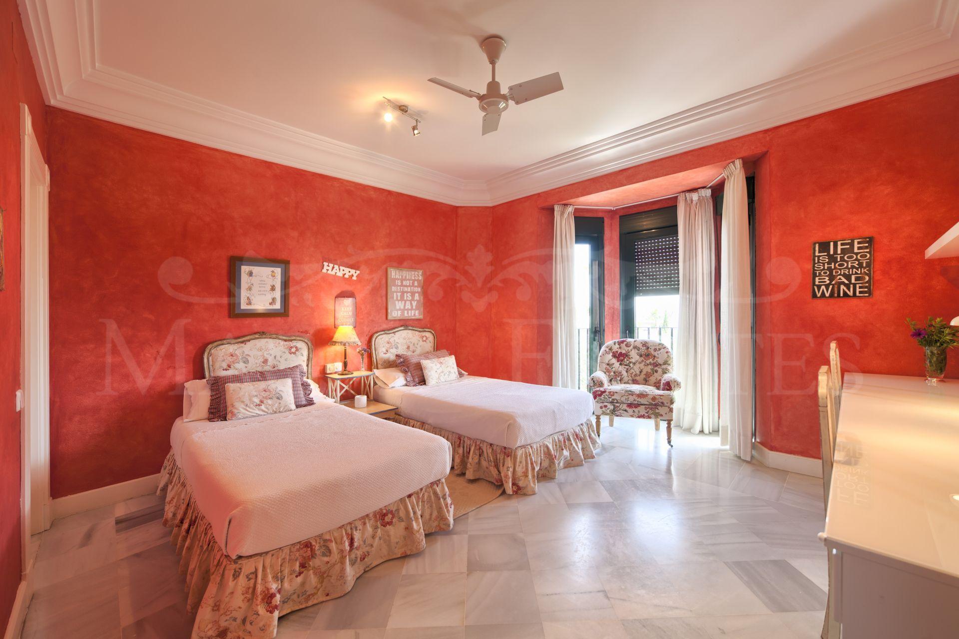Stately villa in Altos de Puente Romano, on the Golden Mile of Marbella