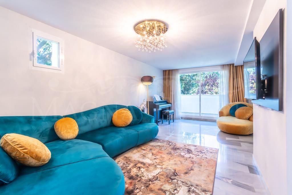 Large fully furnished triplex penthouse, with 5 bedrooms in Guadalmina Baja.