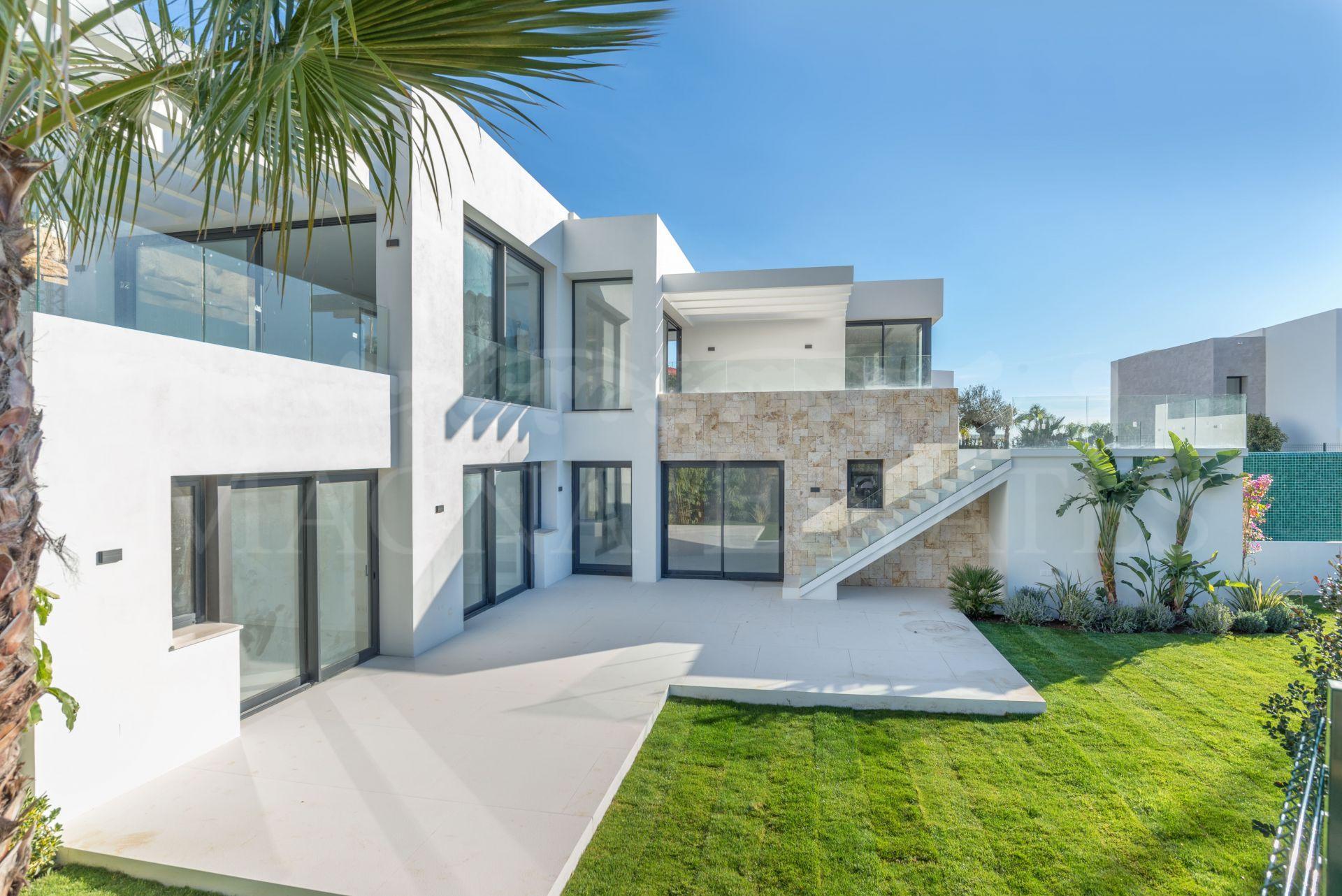 Villa de diseño con vistas al mar en el Paraíso Alto, Benahavís.