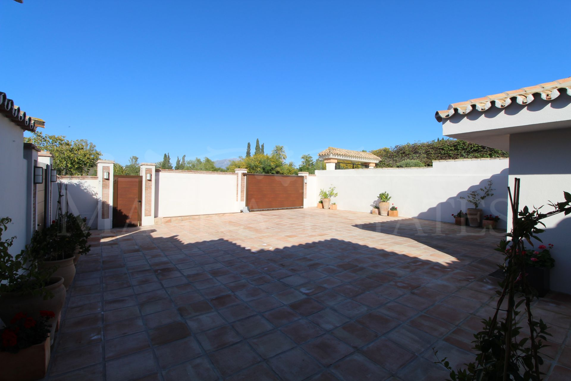 Charming villa on one floor and completely renovated in El Paraíso, Estepona.