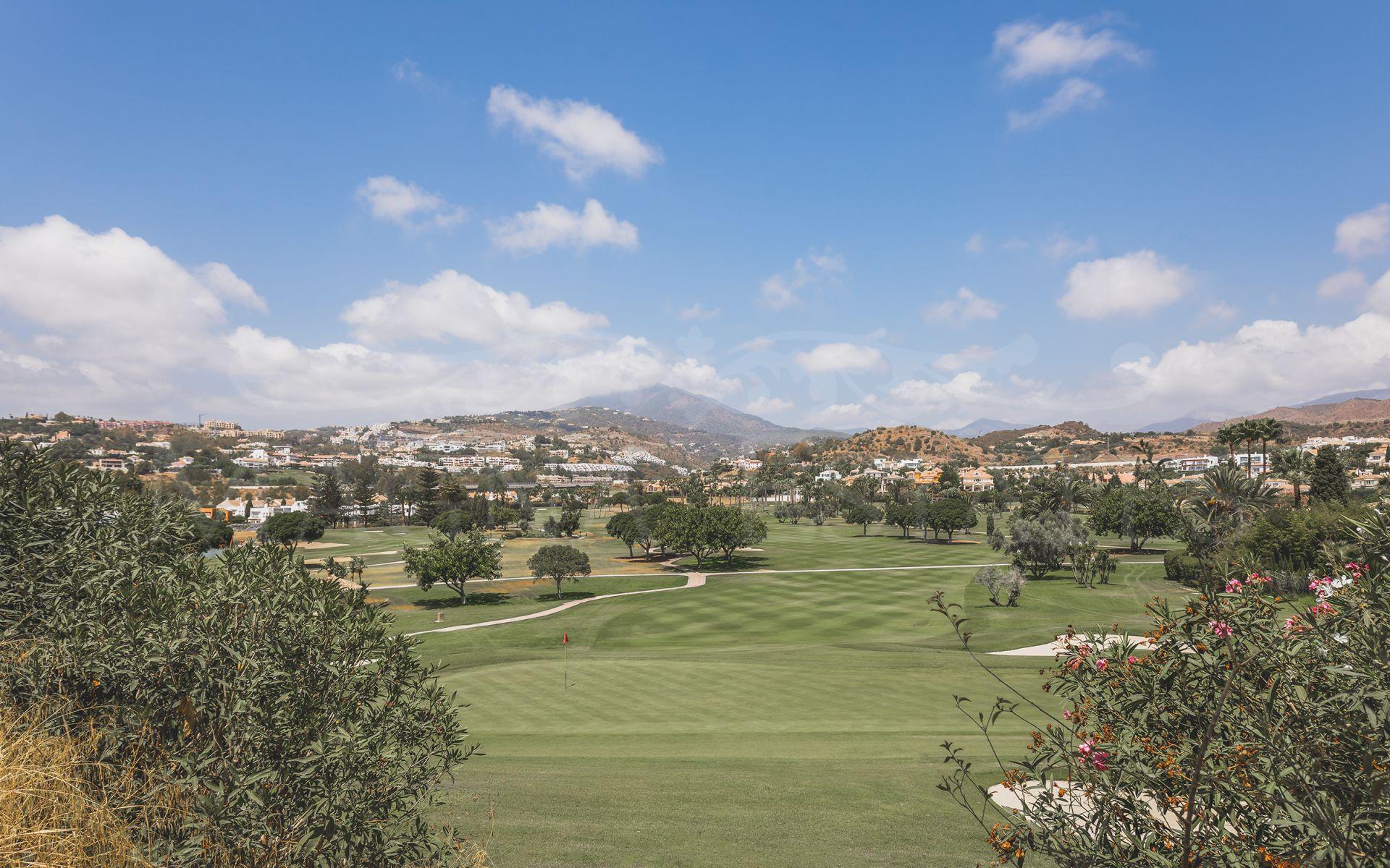 Apartamento de 3 dormitorios totalmente reformado en primera línea de golf Los Naranjos