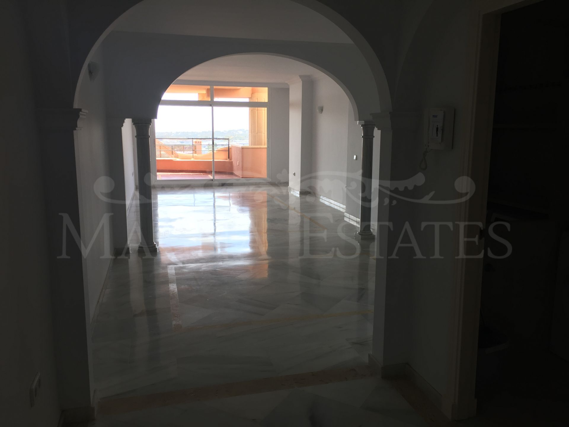 2 bedroom apartment with 180º sea views and 3 parking spaces in Magna Marbella