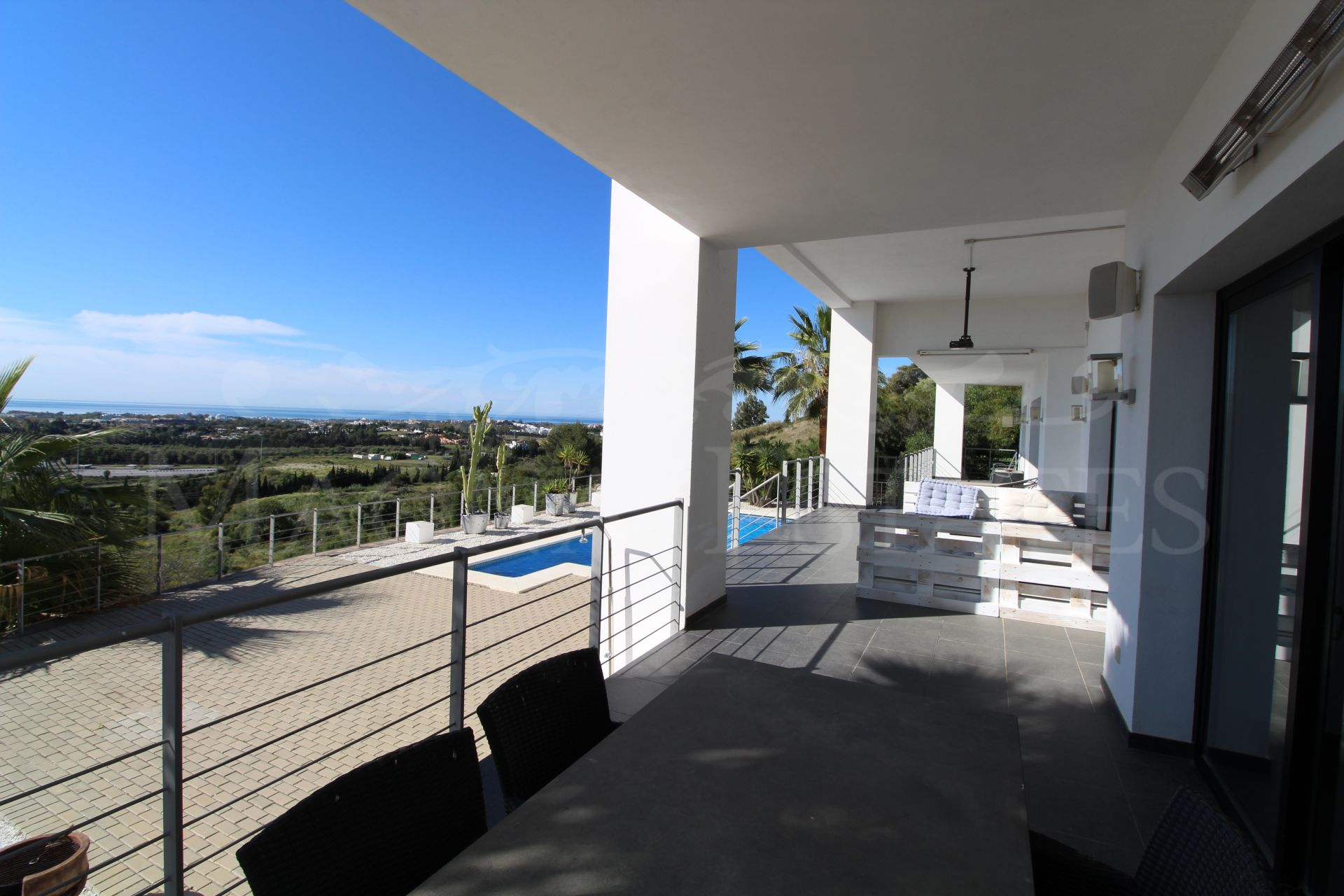 Spectacular villa with open views to the sea in Puerto El Capitán, Benahavís