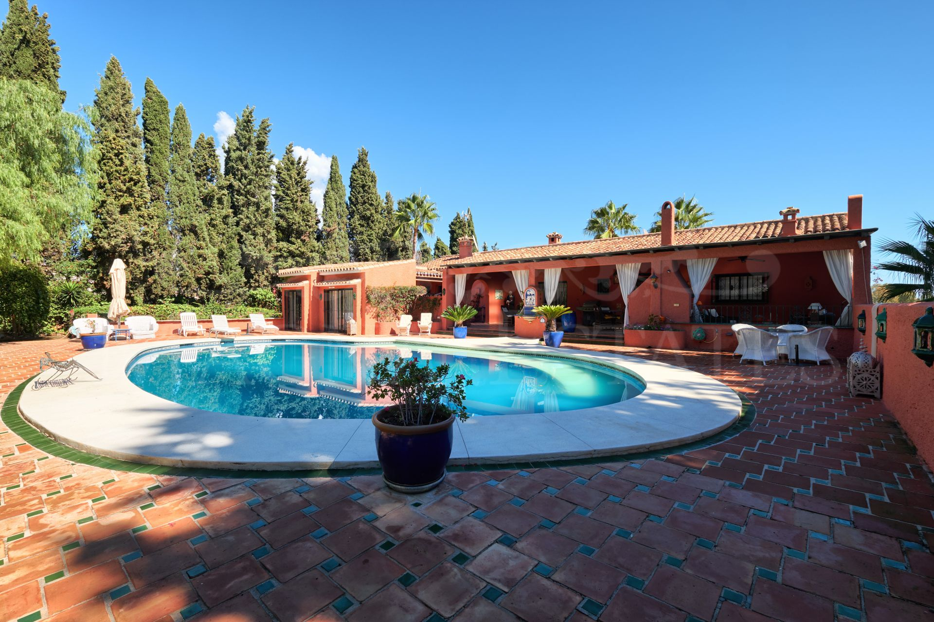 Villa with separate apartments on the Golden Mile, Marbella