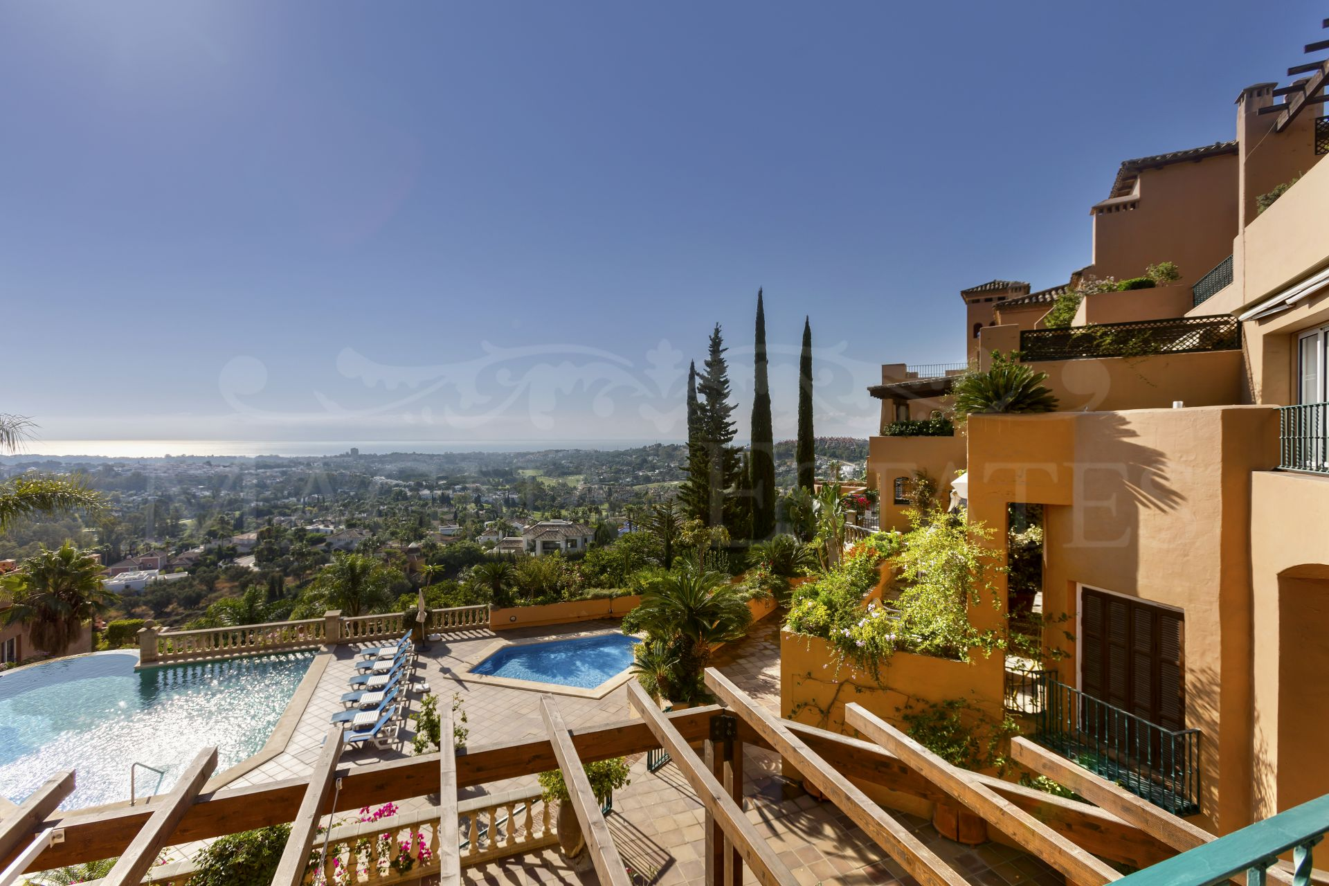 Duplex penthouse with sea views in the Golf Valley, Nueva Andalucía.
