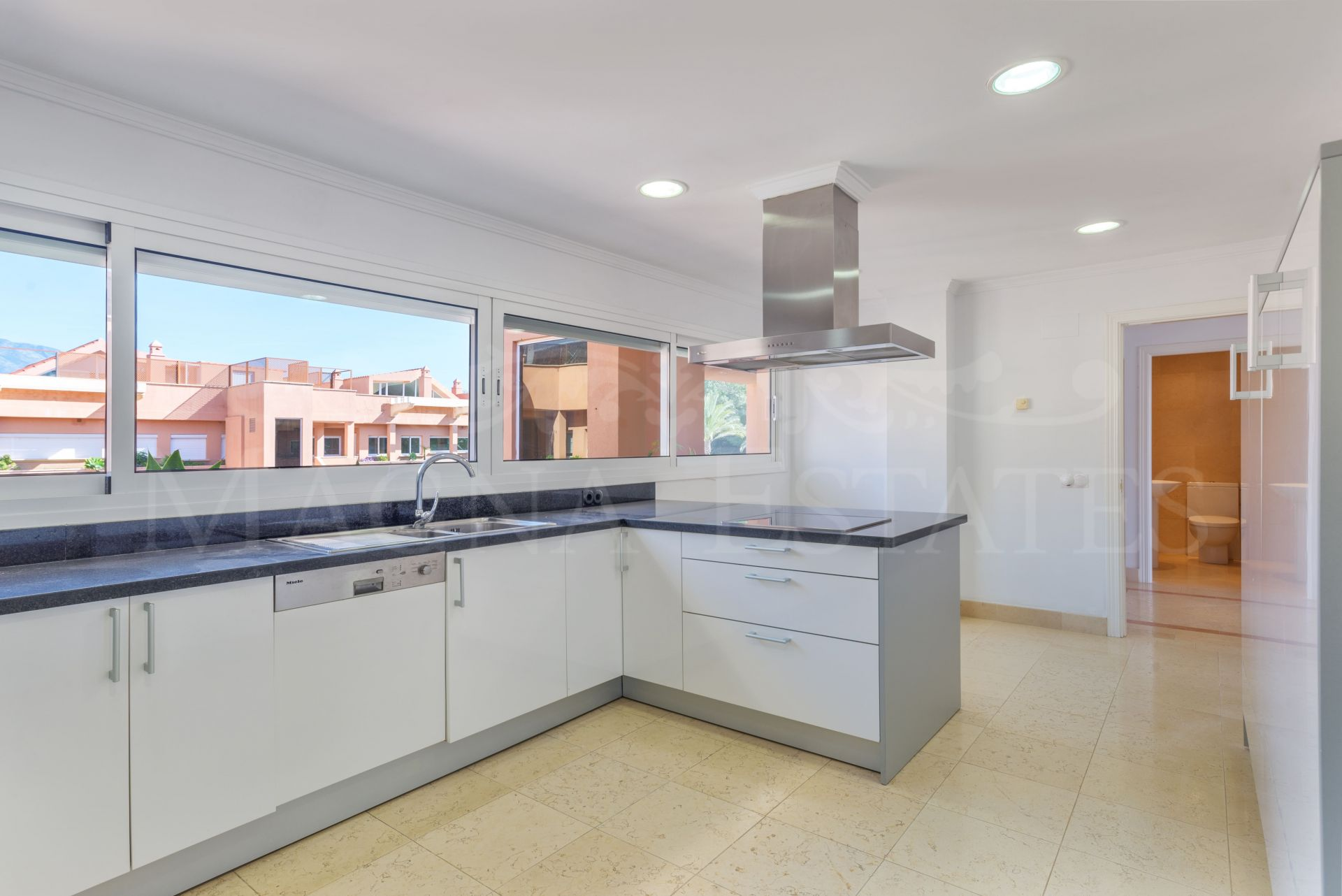 Spacious and elegant duplex penthouse with sea views and south orientation in Magna Marbella