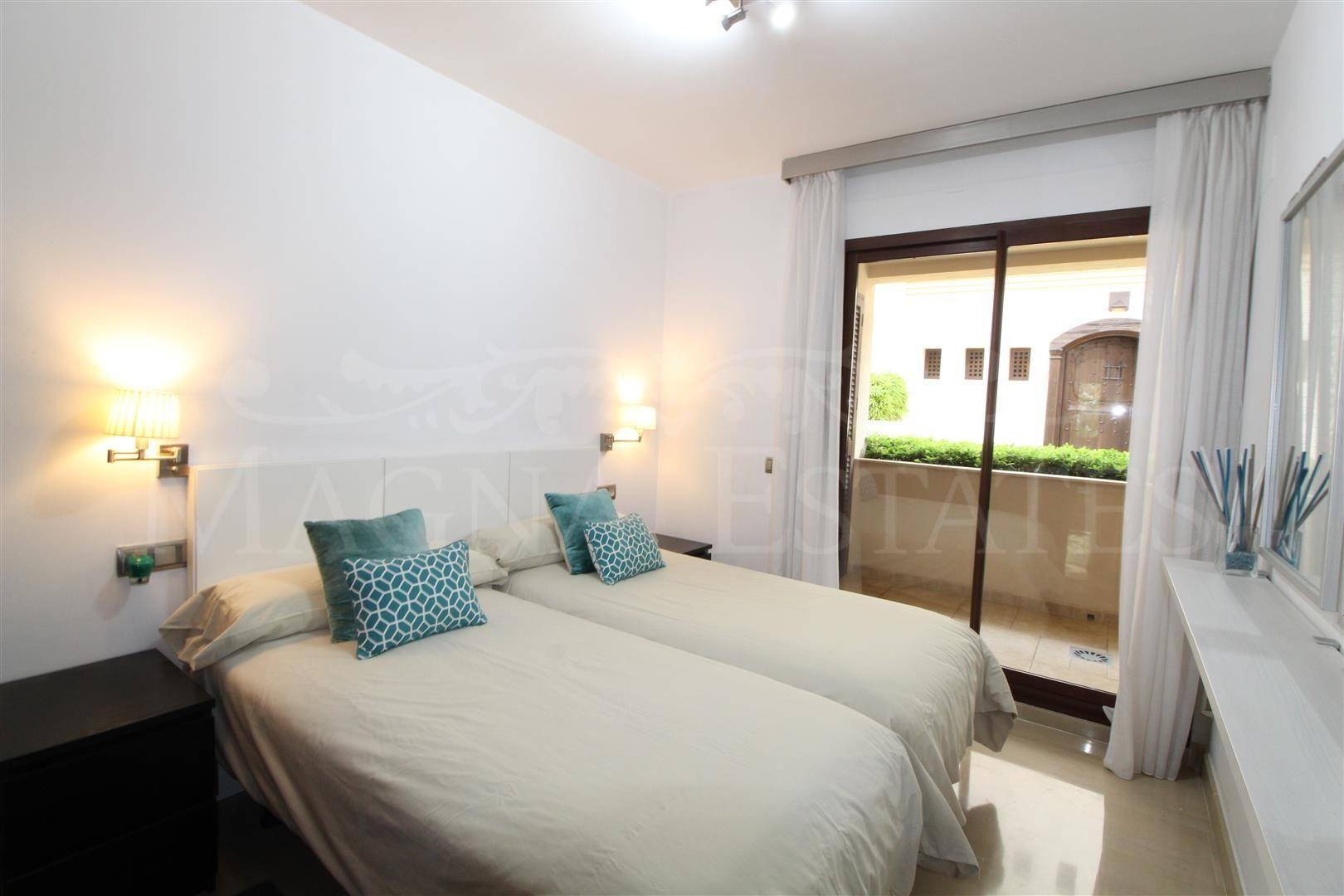 Apartamento bajo con jardín en Medina Banús, Nueva Andalucía.