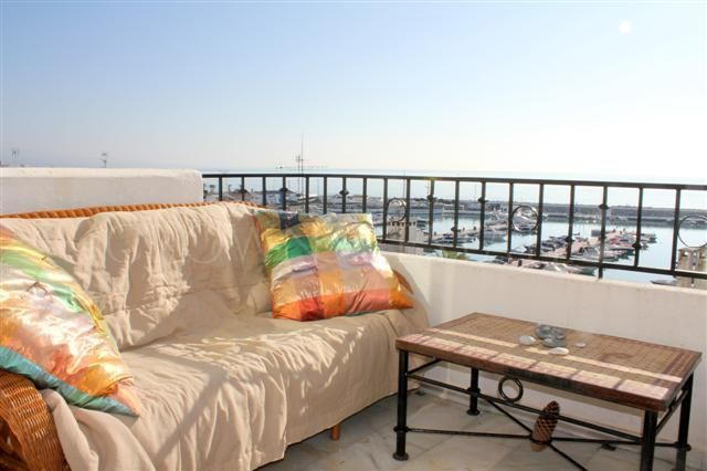 Charming and sunny south facing 2 bedroom apartment in Puerto Banus