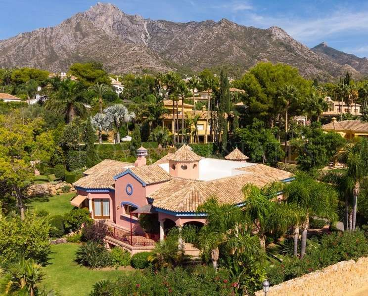 Family home in exclusive gated complex