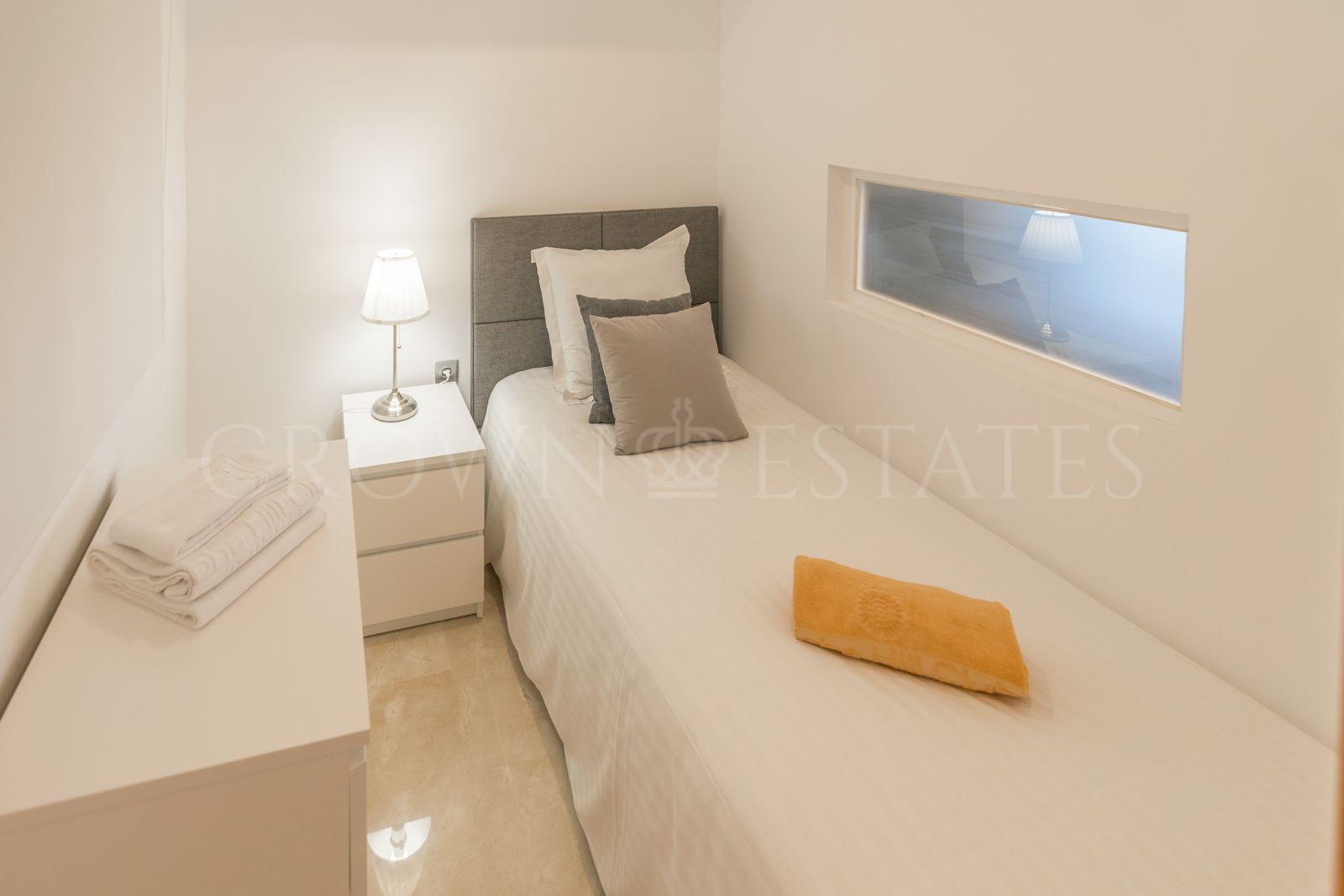 GREAT OPPORTUNITY 3 BEDROOM APARTMENT WITH LARGE TERRACE AND BEAUTIFUL SEA VIEWS IN NUEVA ANDALUCIA!!