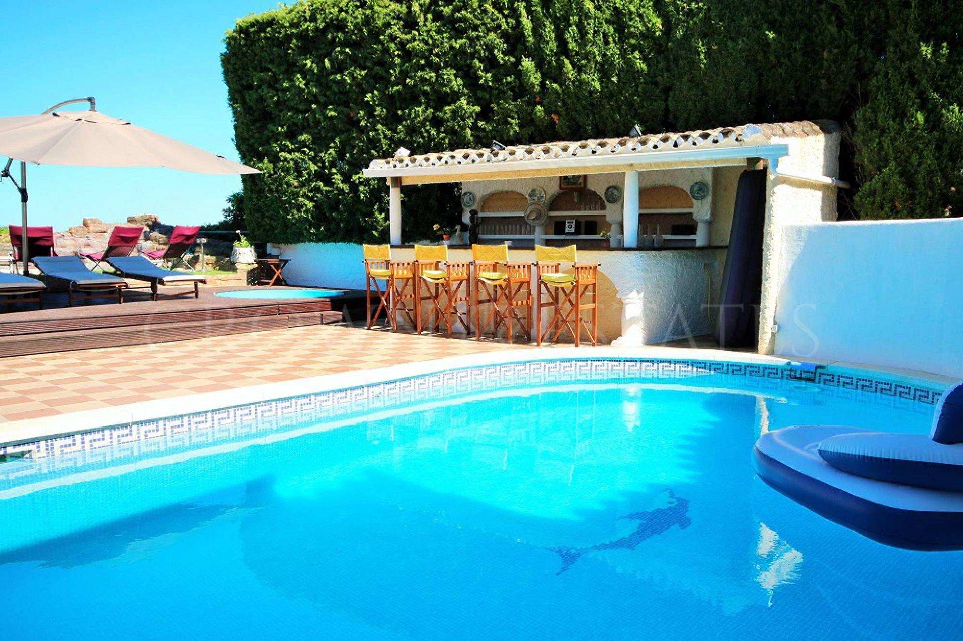 Fantastic villa to renovate in prime location . With superb sea view !