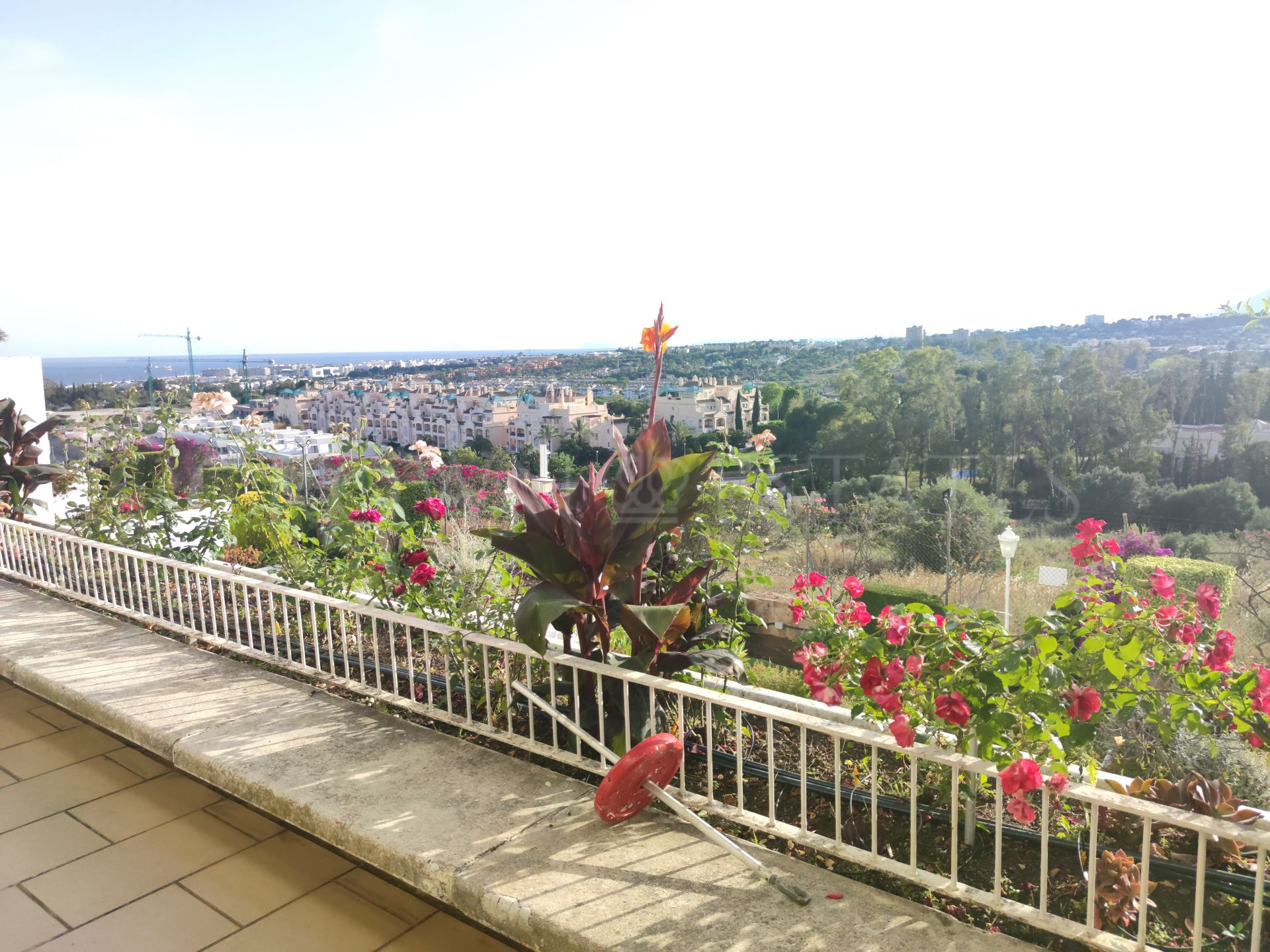Spacious apartment with sea views in the heart of Marbella Golden Mile.